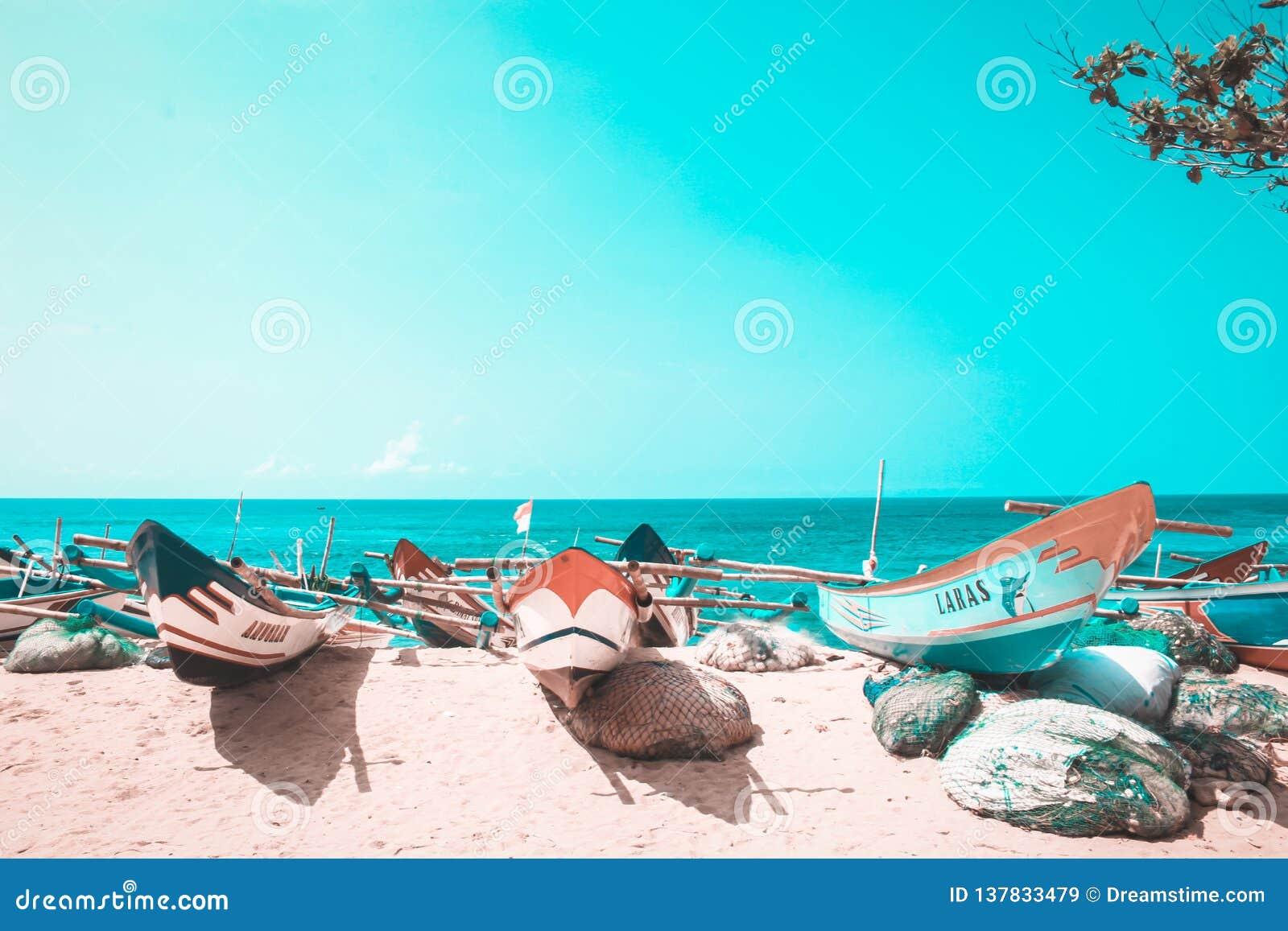 Il giorno avvista il fondo della spiaggia di Drini