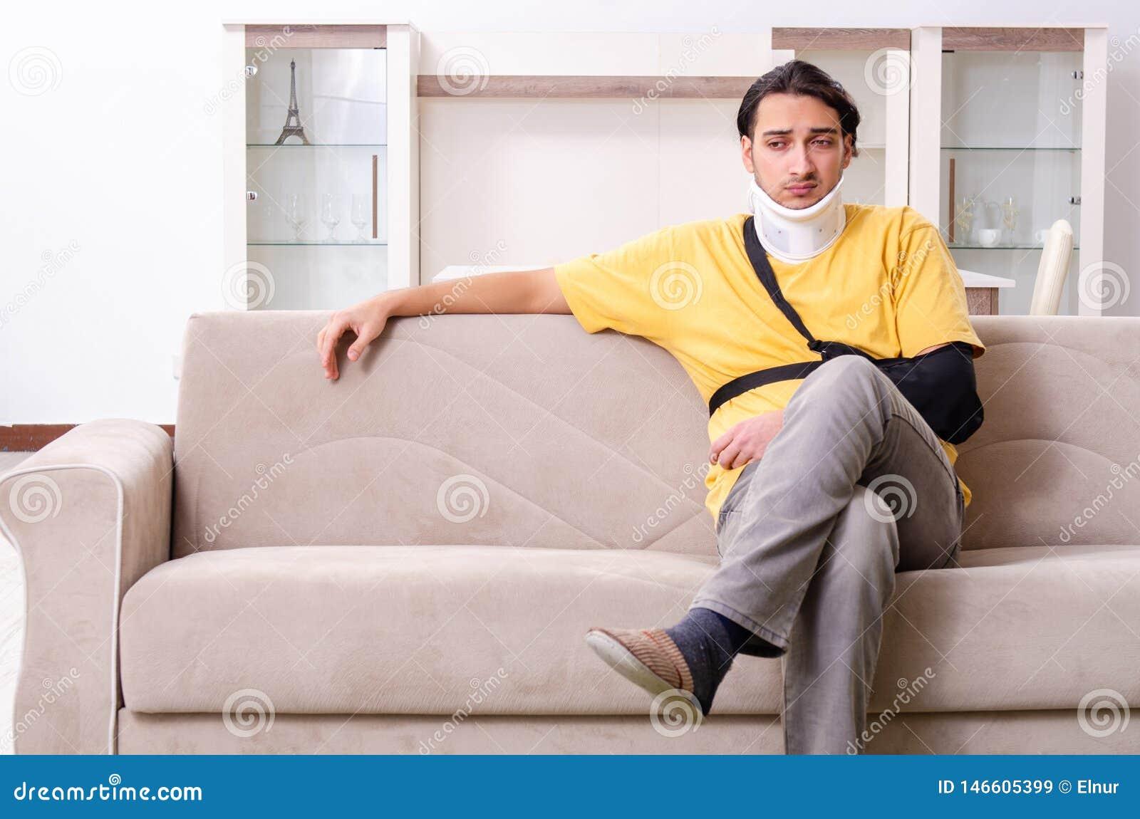 Il giovane dopo l incidente stradale che soffre a casa