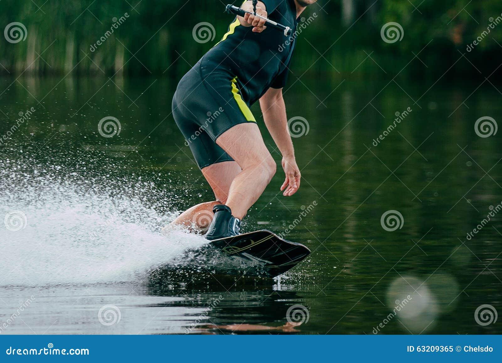 Il giovane guida un wakeboard sul lago
