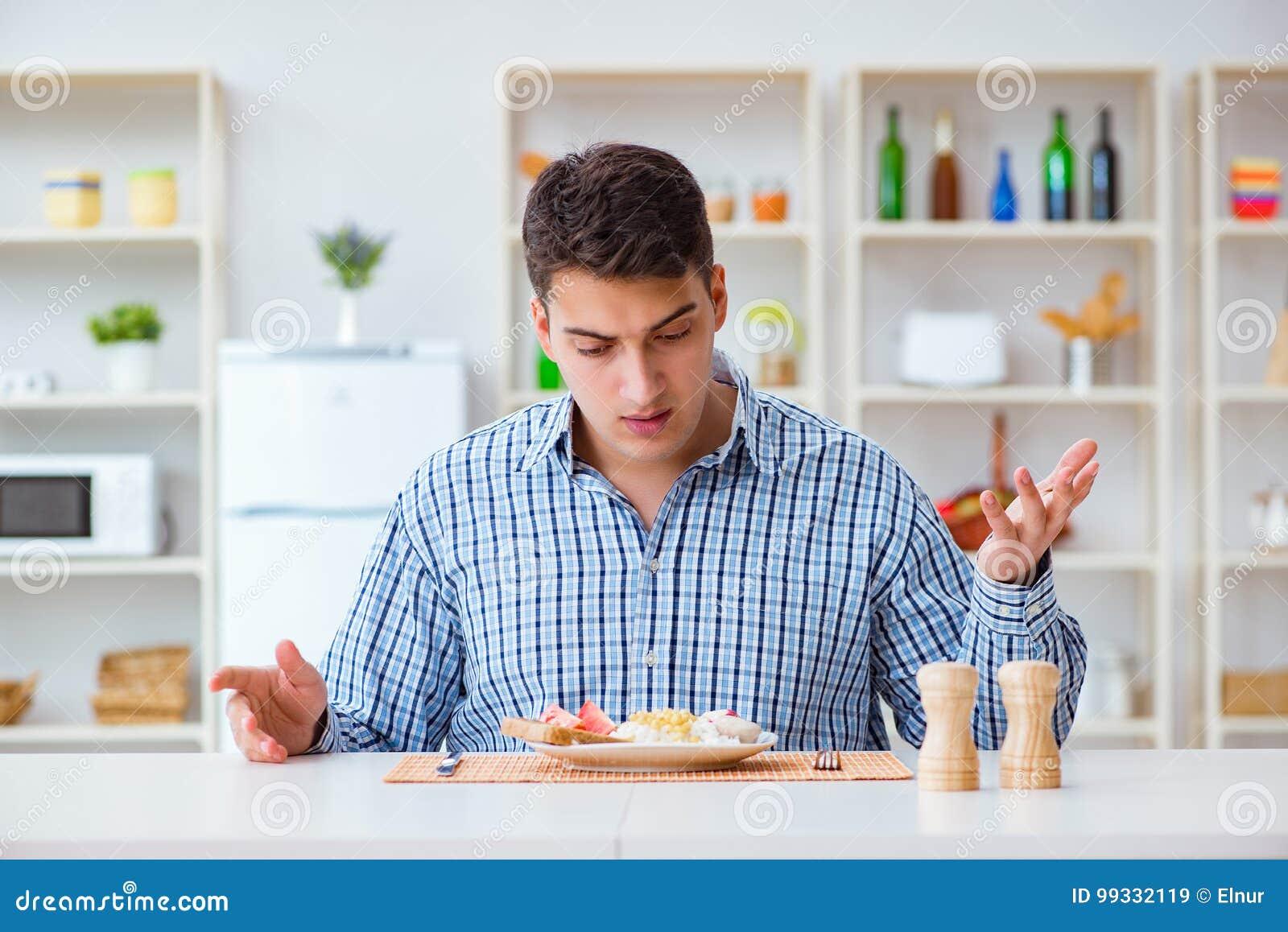 Pranzo Per Marito : Il giovane marito che mangia alimento insipido a casa per pranzo