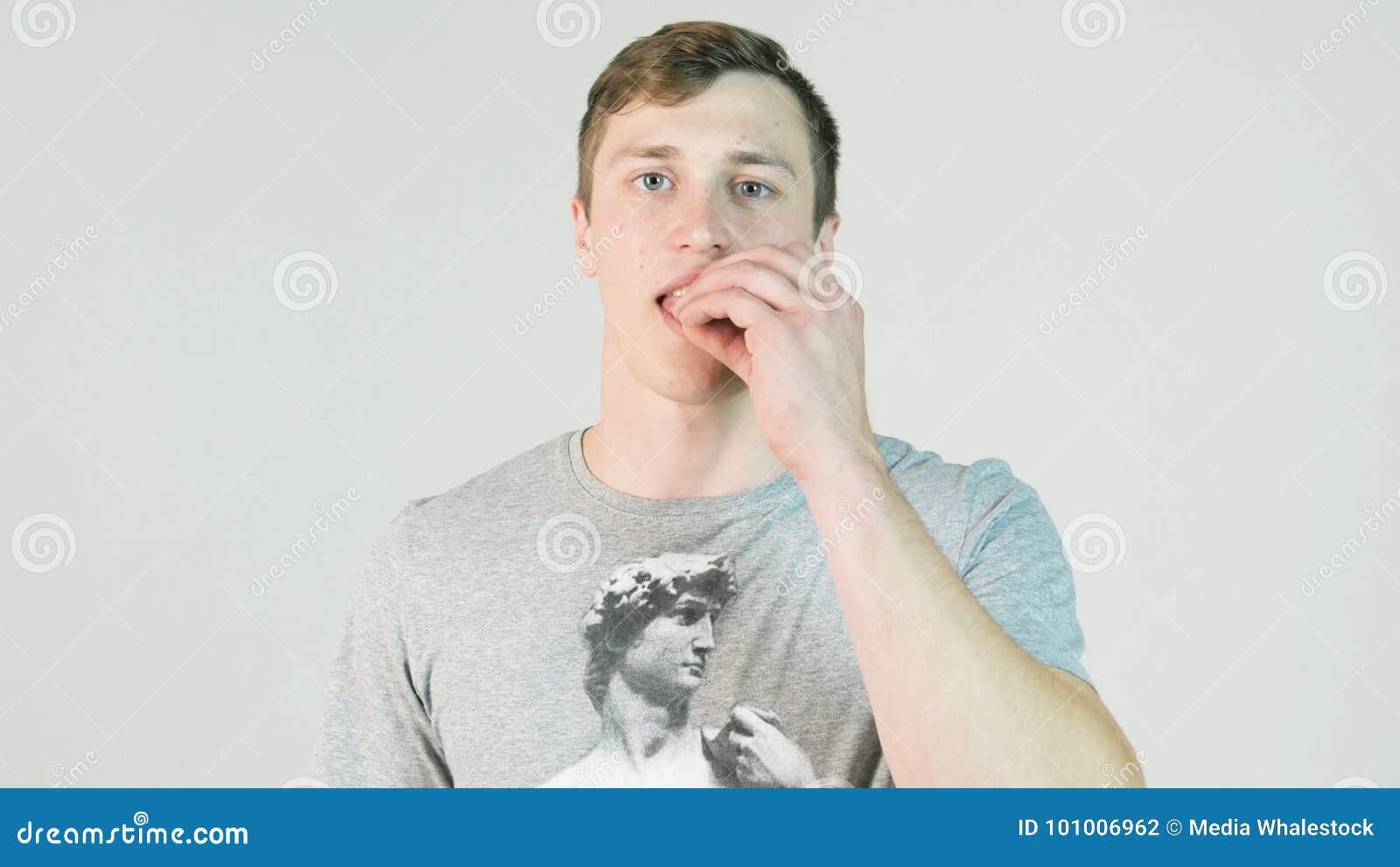 Il giovane mastica la gomma Equipaggi il fronte, aprente la bocca per gomma da masticare, il gusto della menta, rinfrescante resp