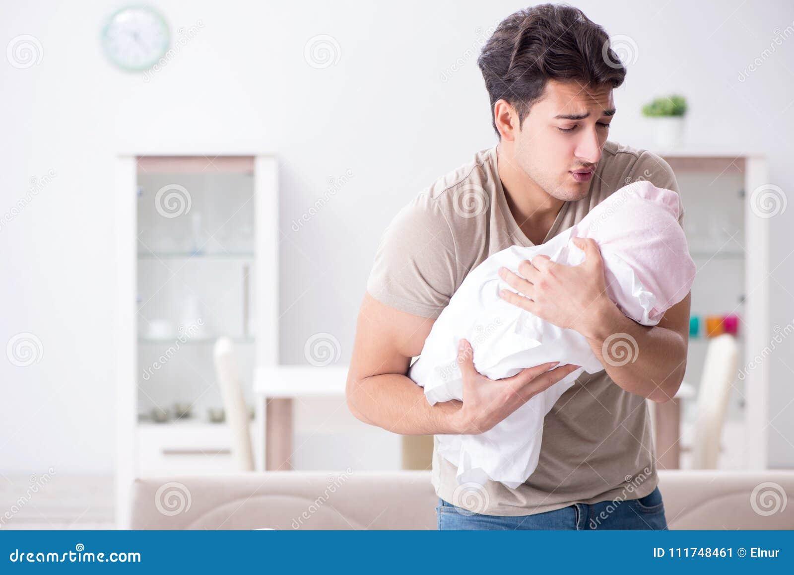 Il giovane papà del padre frustrato a gridare bambino