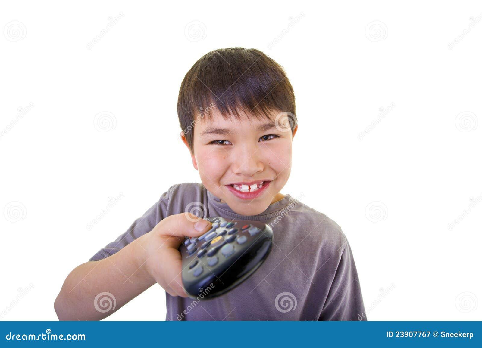 Il giovane ragazzo sveglio che usando il telecomando ha isolato