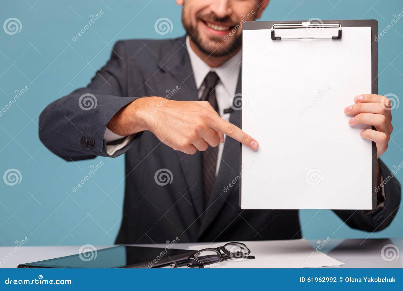 Il giovane reporter allegro è presenti documenti a