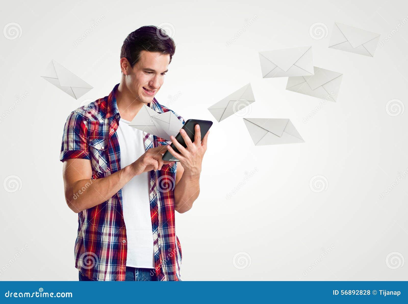 Il giovane riceve la posta sopra la compressa