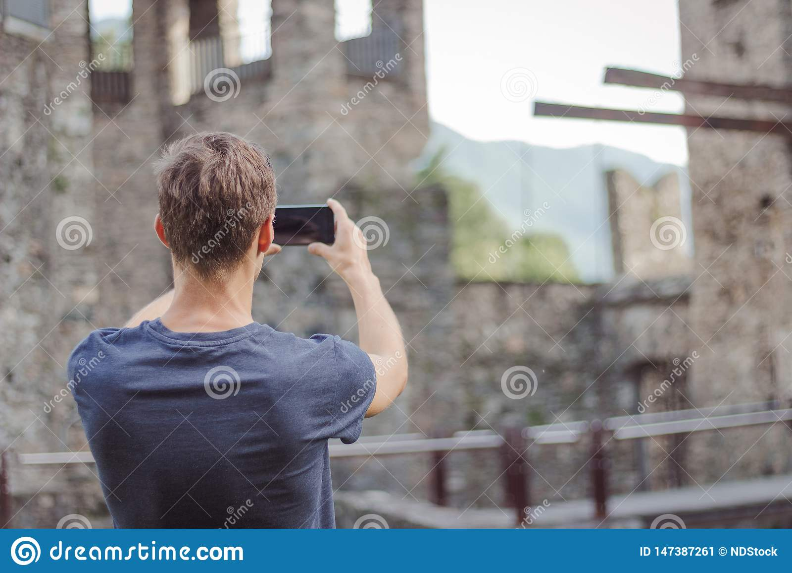 Il giovane sta prendendo un immagine di un castello