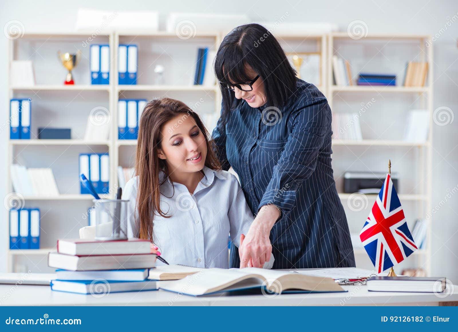 Il giovane studente straniero durante la lezione di lingua inglese