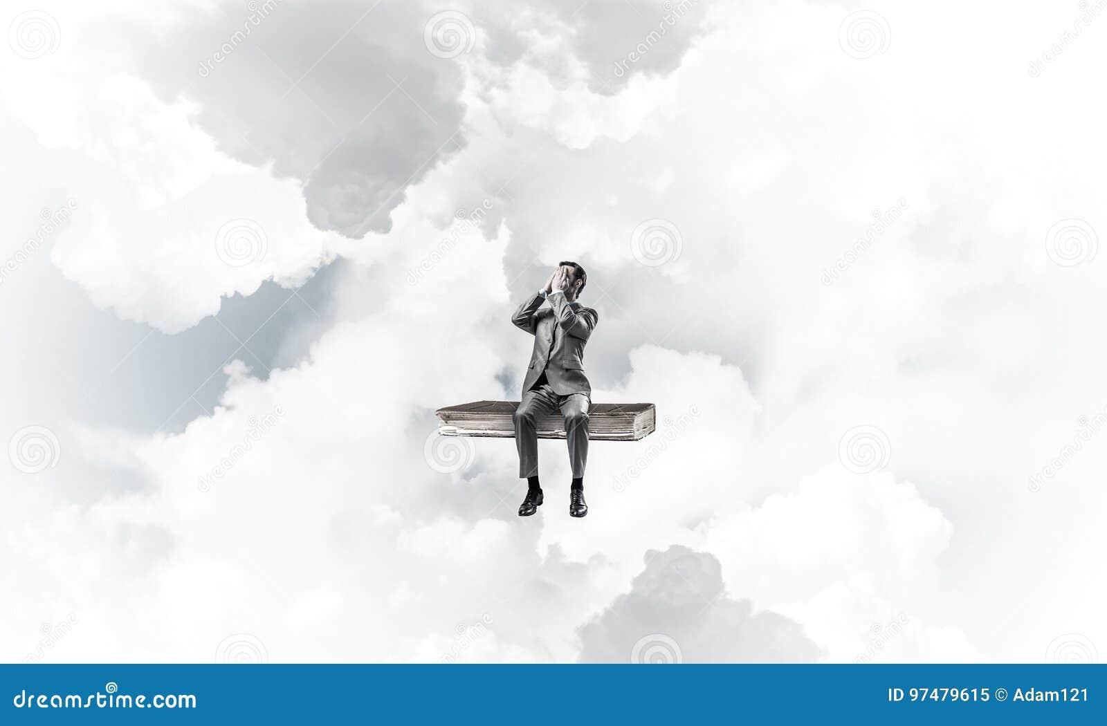 Il giovane sul libro in cielo blu non vuole vedere qualche cosa