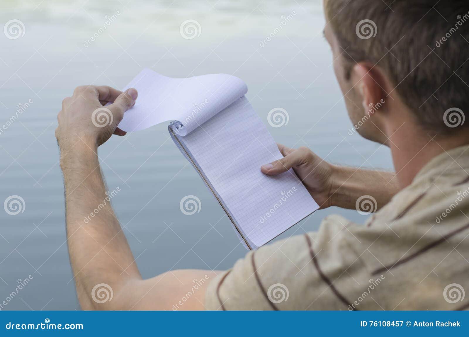 Il giovane tipo scrive in un taccuino