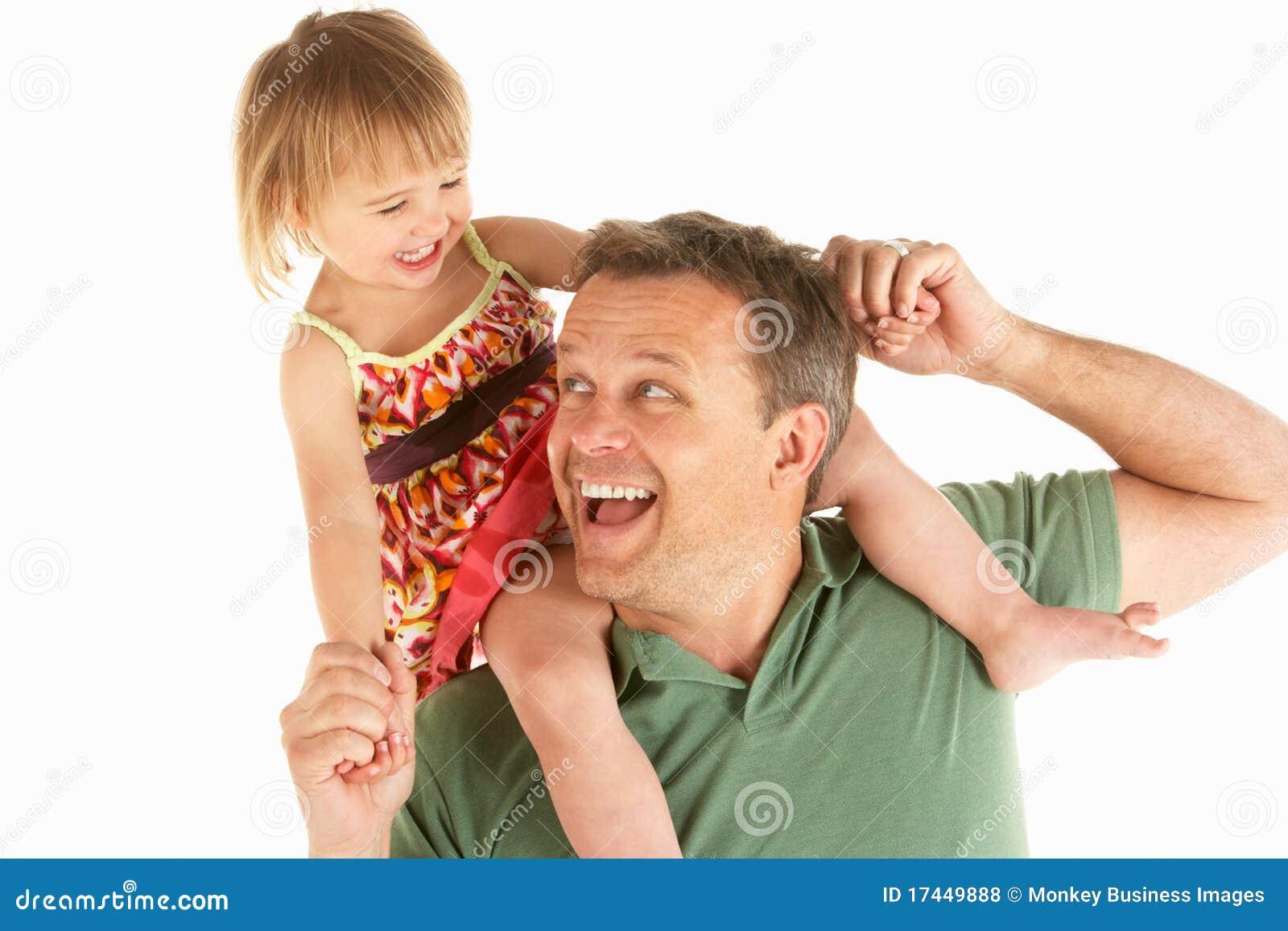 Il giovane trasporta il bambino sulle spalle