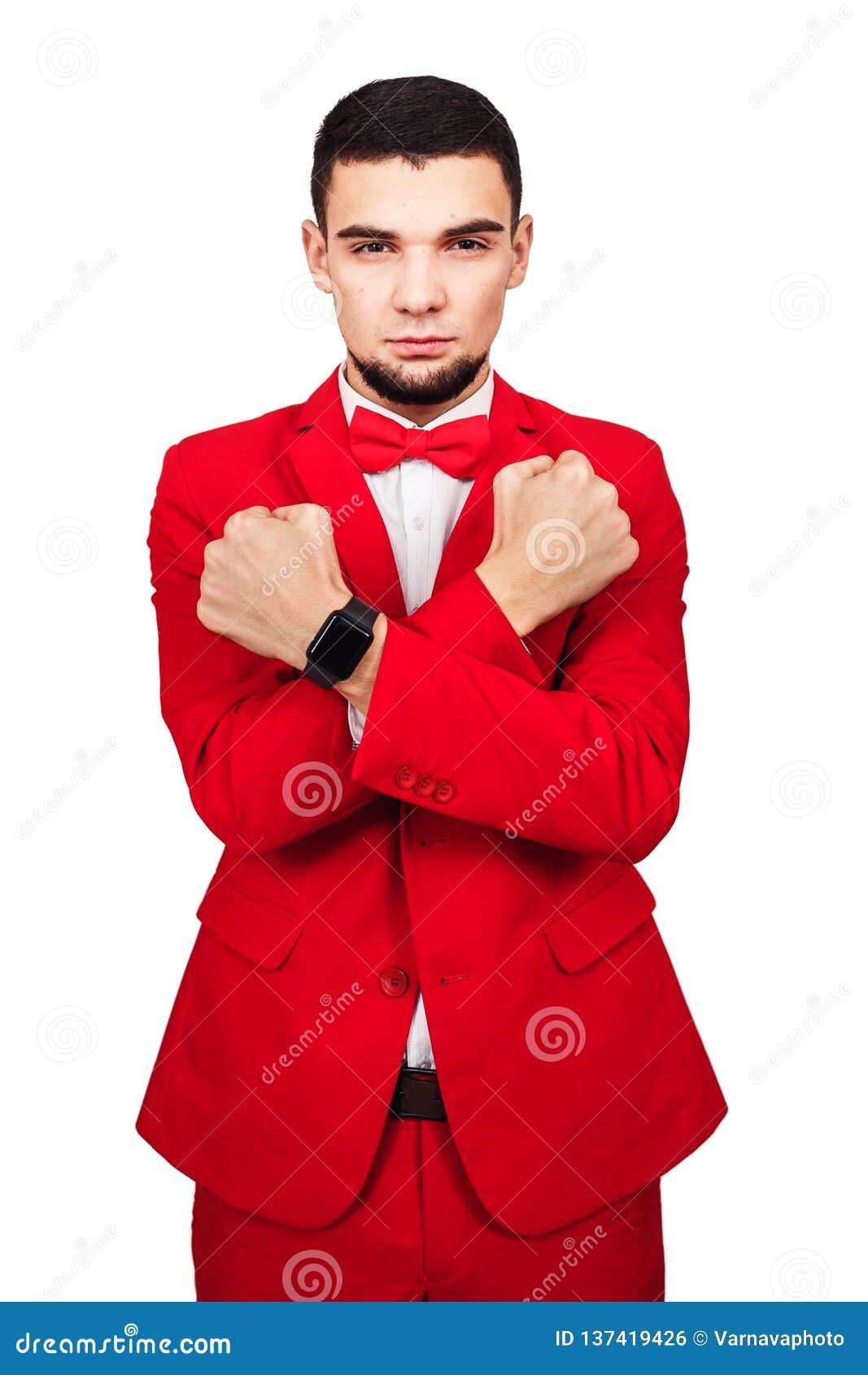 Il giovane uomo d affari è pronto a difendere i loro interessi a tutto l uomo barbuto costato in un vestito rosso attraversa le s