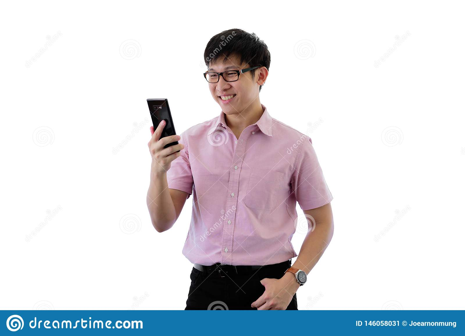 Il giovane uomo d affari asiatico ha diritto e gioco del telefono con felice sull isolato su sul fondo del wihte