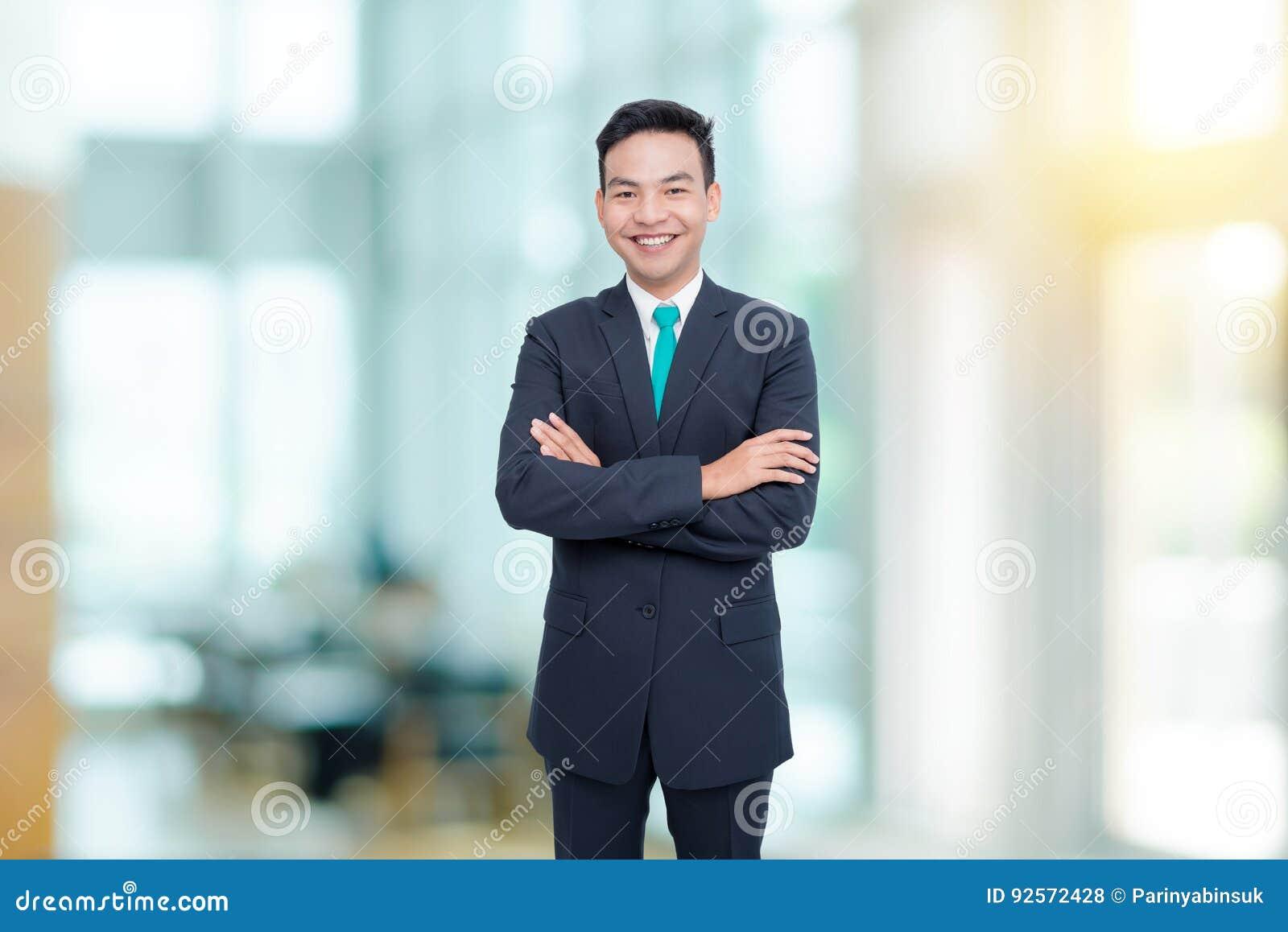 Il giovane uomo d affari sorride in ufficio