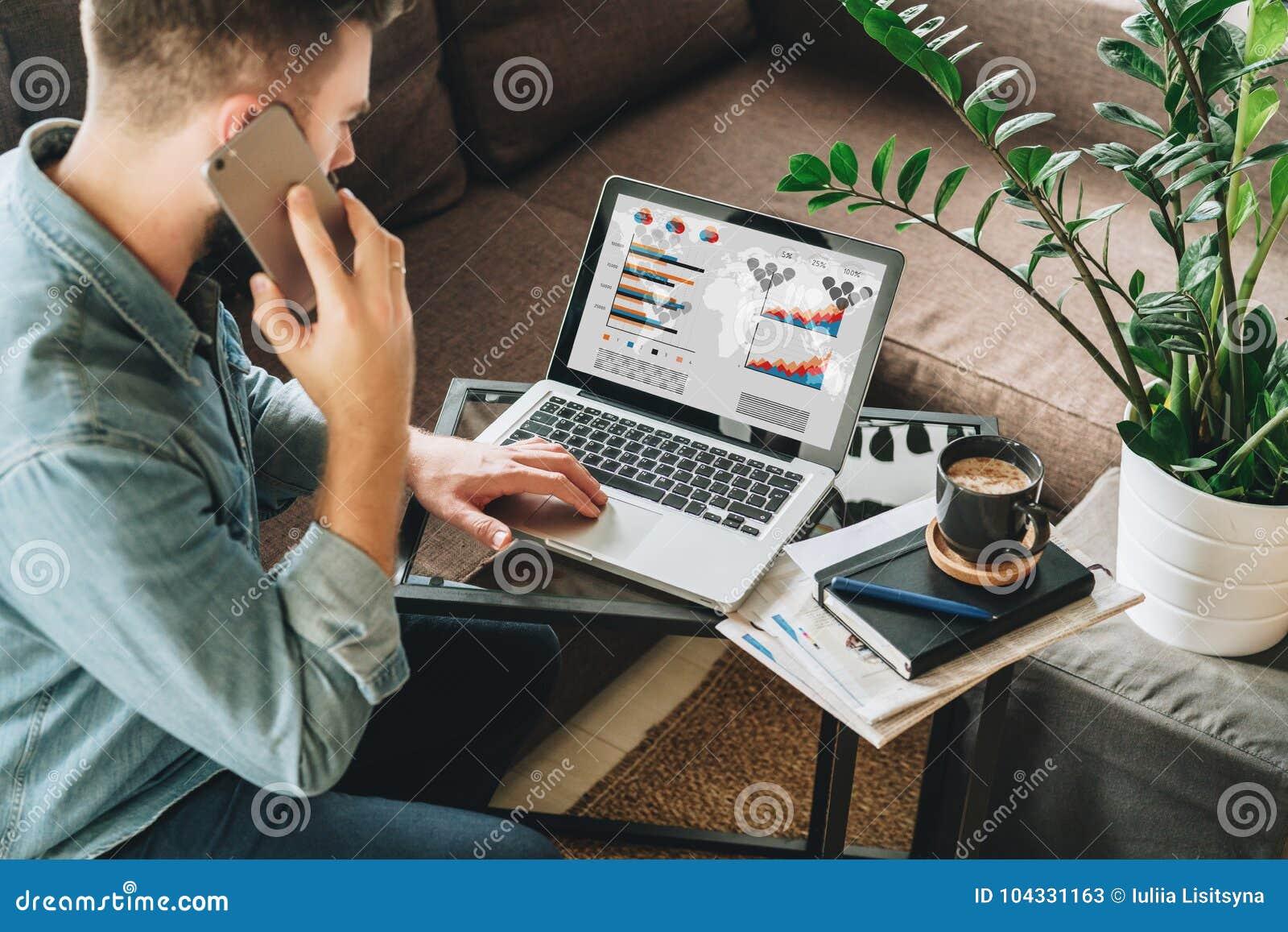 Computer Da Salotto.Il Giovane Vestito In Camicia Si Siede A Casa Sullo Strato