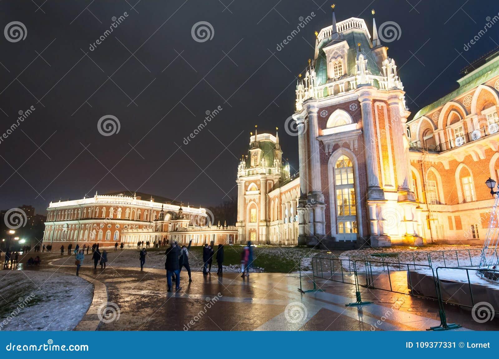 Il grande palazzo nella riserva del museo e del parco di Tsaritsyno durante il Natale il tempo, turisti va fare un giro turistico