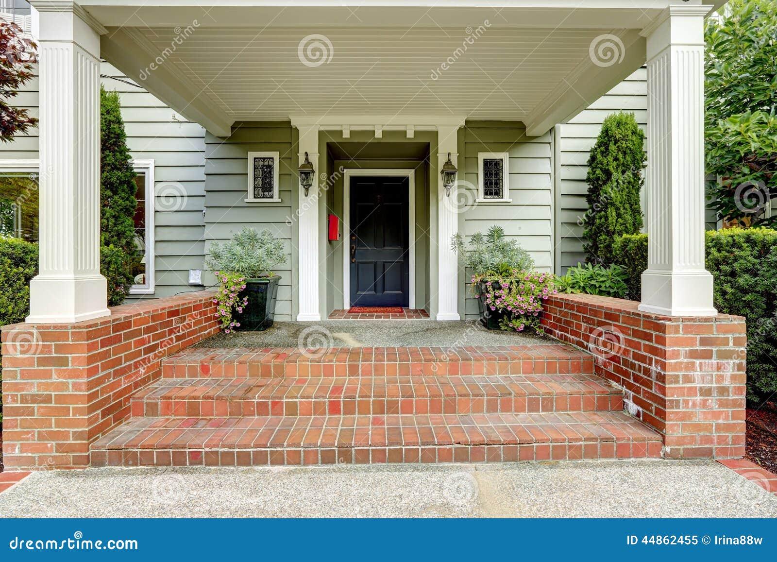 Il grande portico dell 39 entrata con le colonne ed il for Avvolgere le planimetrie del portico