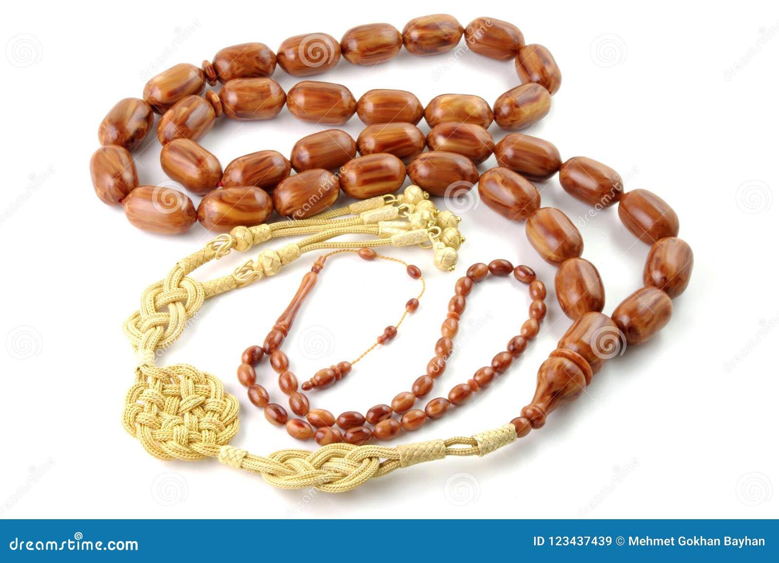 Il grande rosario marrone borda con quello piccolo isolato su bianco