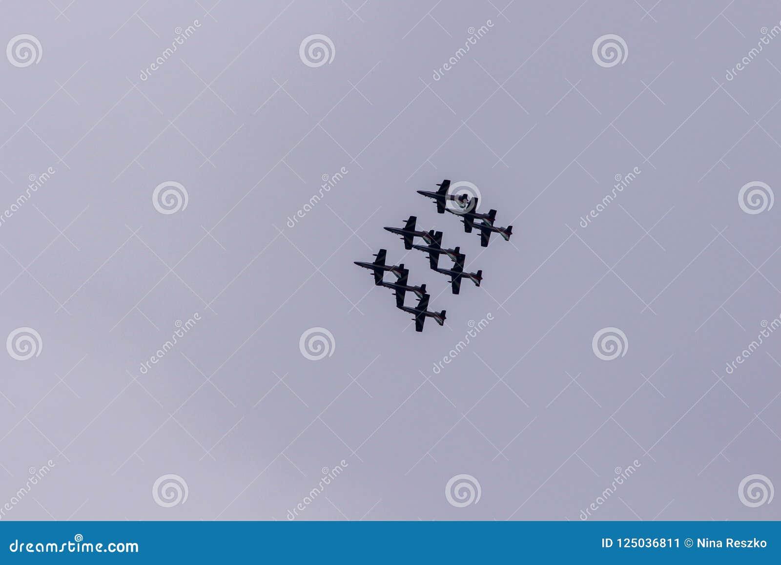 Il gruppo acrobatici esegue il volo, show aereo