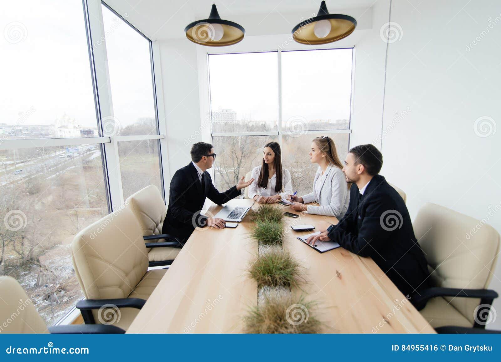 Download Il Gruppo Ascolta Al Capo Di Riunione Del Progetto Alla Tavola Di Conferenza Fotografia Stock - Immagine di successo, businessman: 84955416