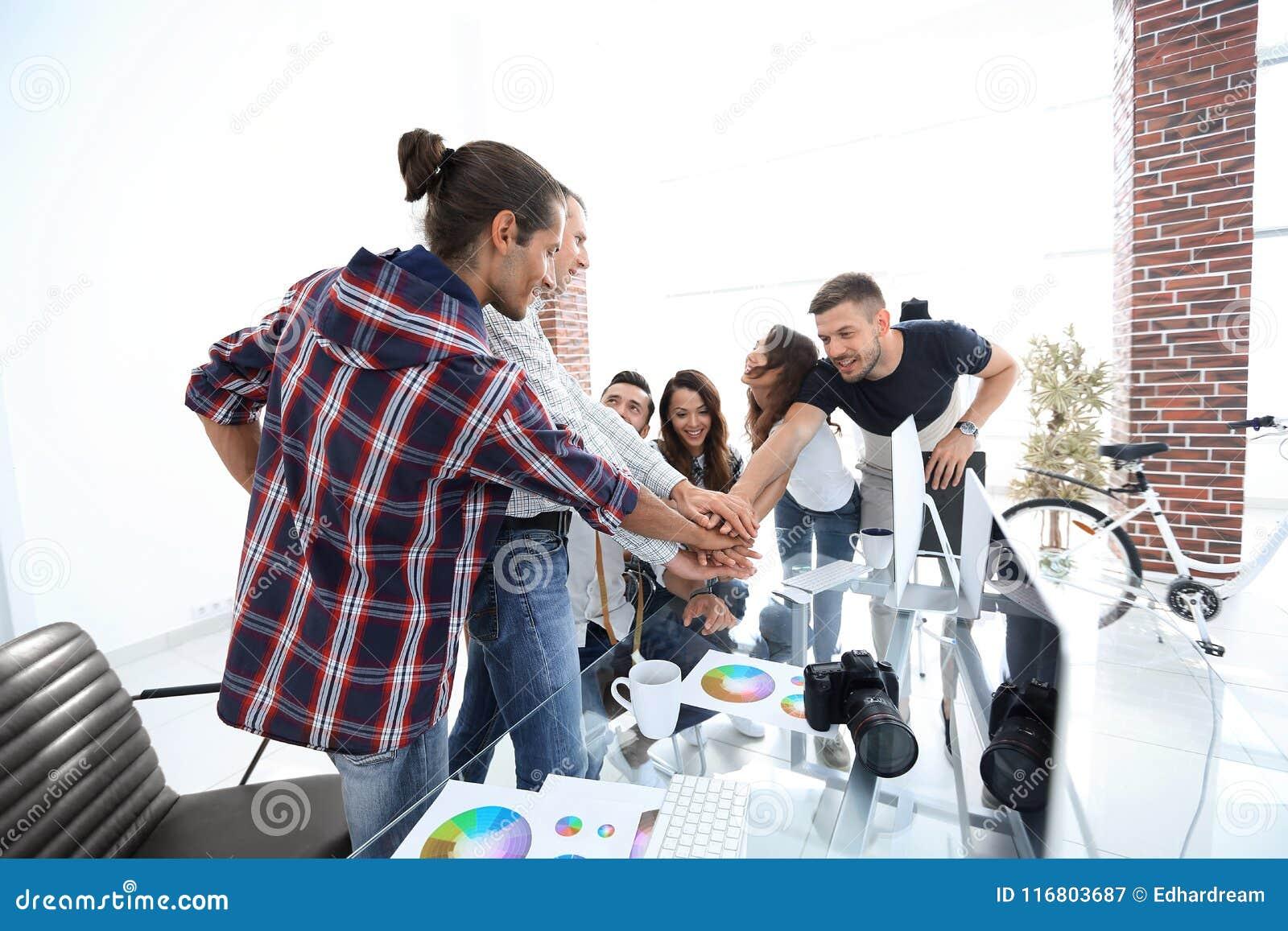 Il gruppo dei progettisti mostra il loro successo