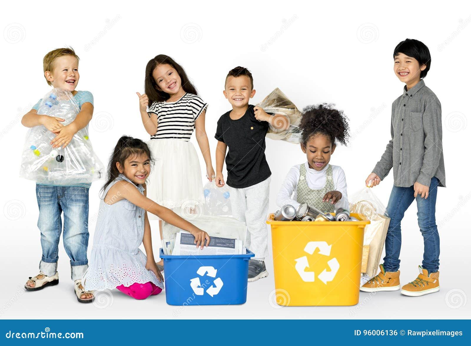 Il gruppo dell ecologia di rifiuti separati dei bambini per ricicla