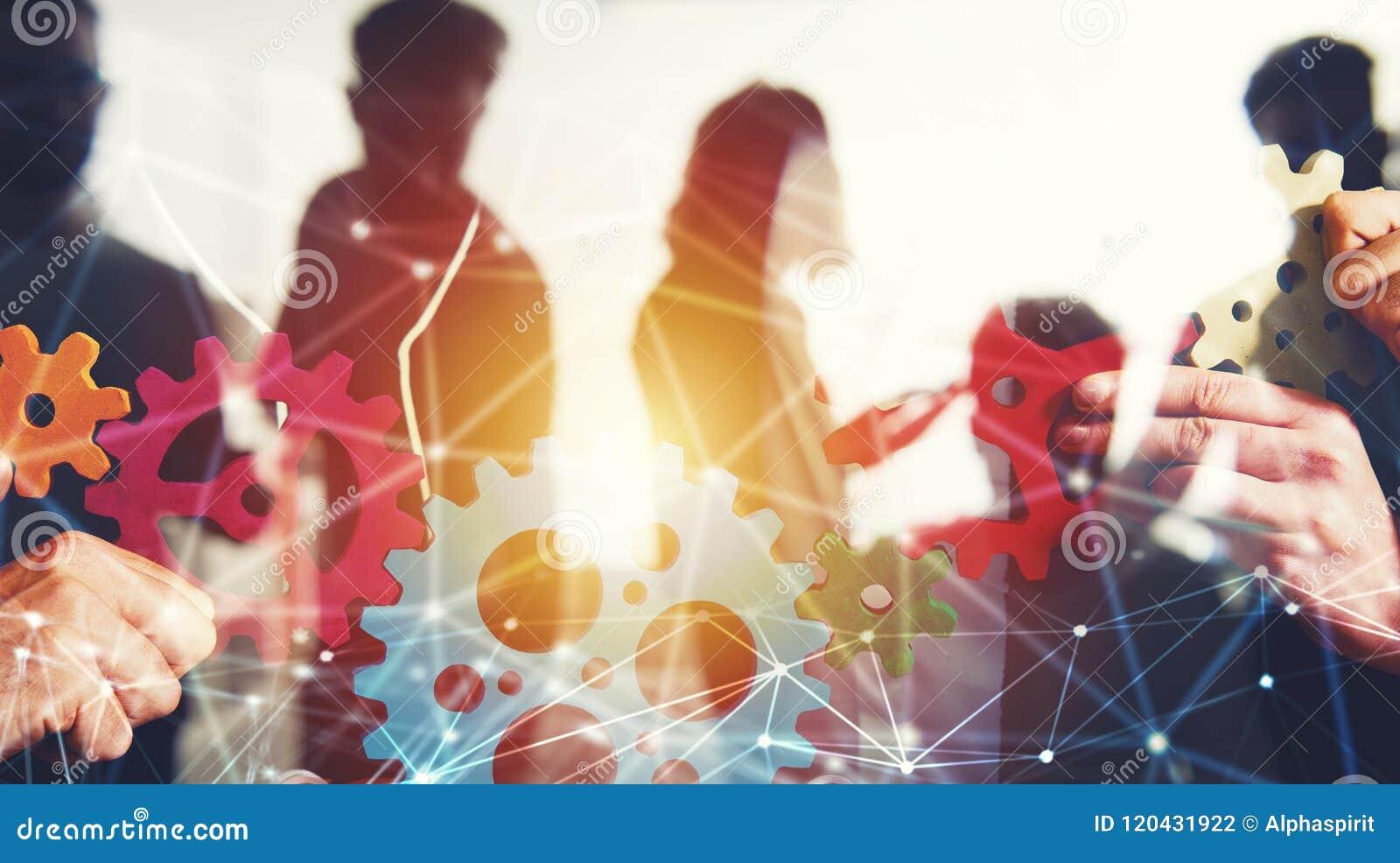Il gruppo di affari collega i pezzi di ingranaggi Lavoro di squadra, associazione e concetto di integrazione con effetto rete dop