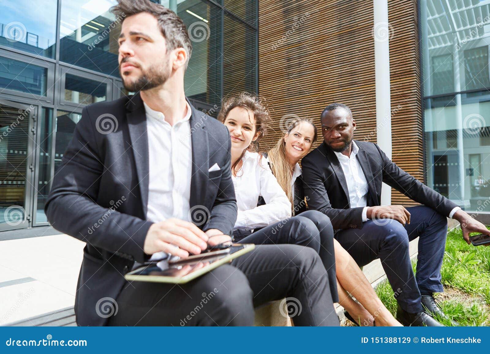 Il gruppo di affari prende una rottura davanti all ufficio