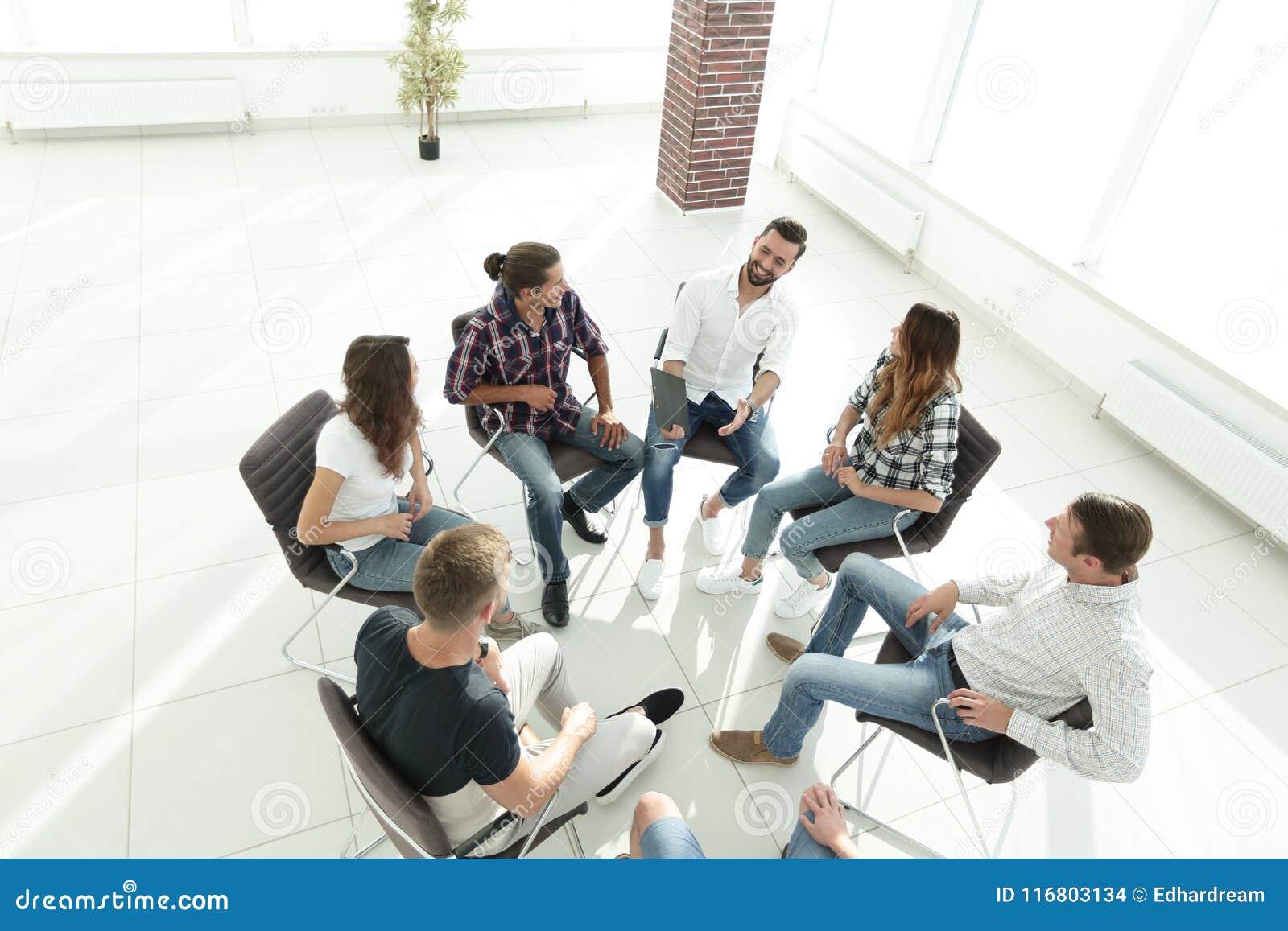 Il gruppo di affari tiene una riunione nell ingresso dell ufficio