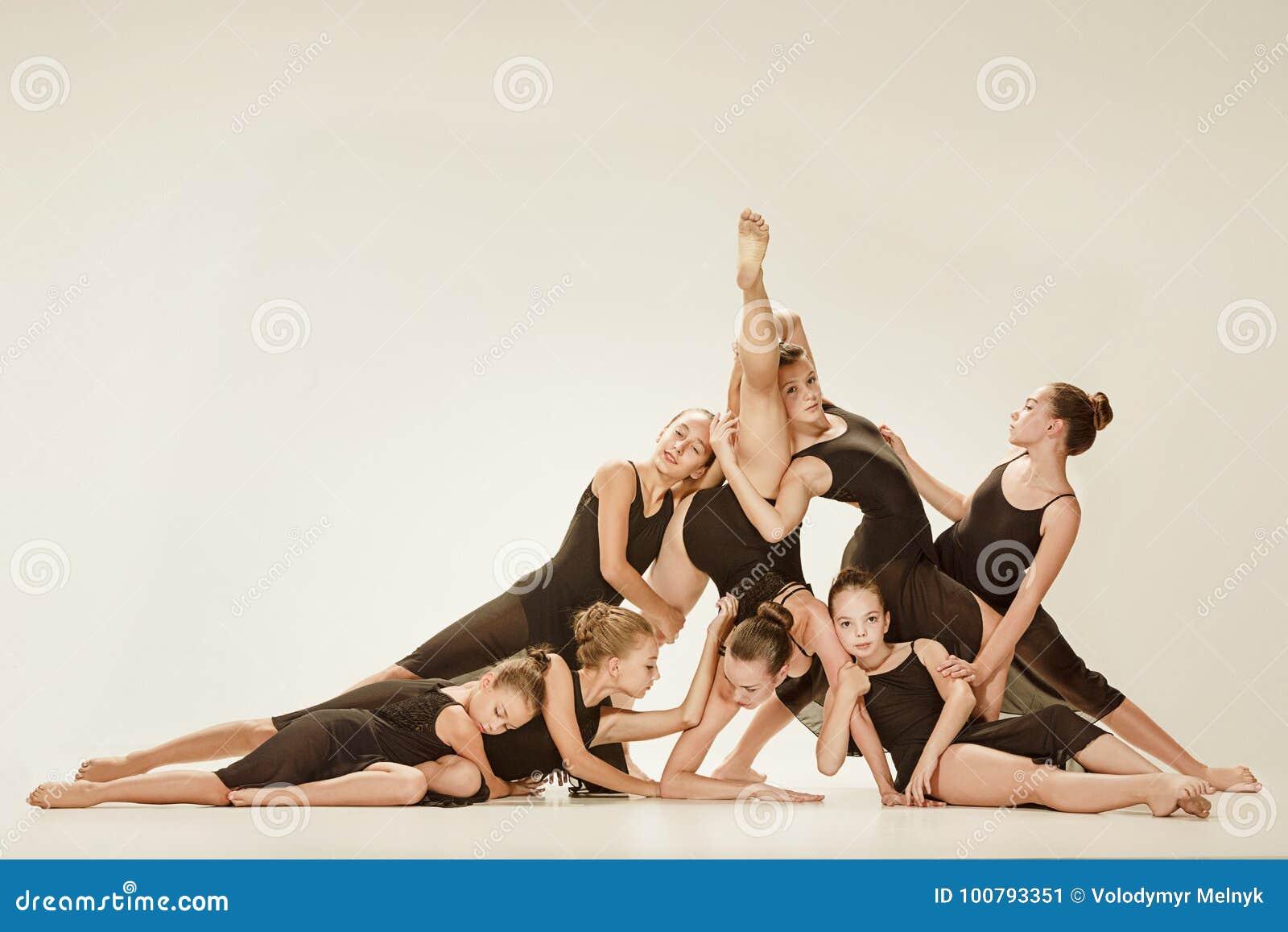 Il gruppo di ballerini di balletto moderno