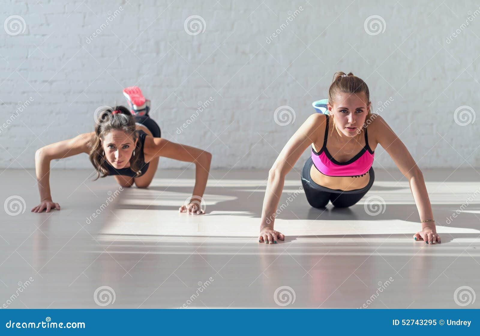 Il gruppo di donne di misura che si scaldano e che fanno spinge aumenta