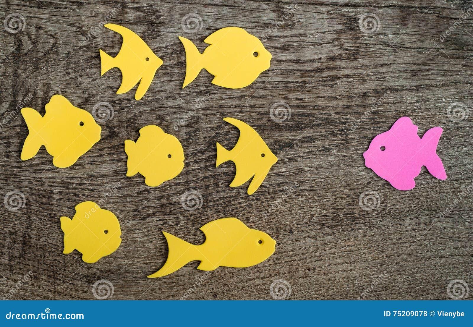Il gruppo di pesce con uno ha indicato contro il flusso