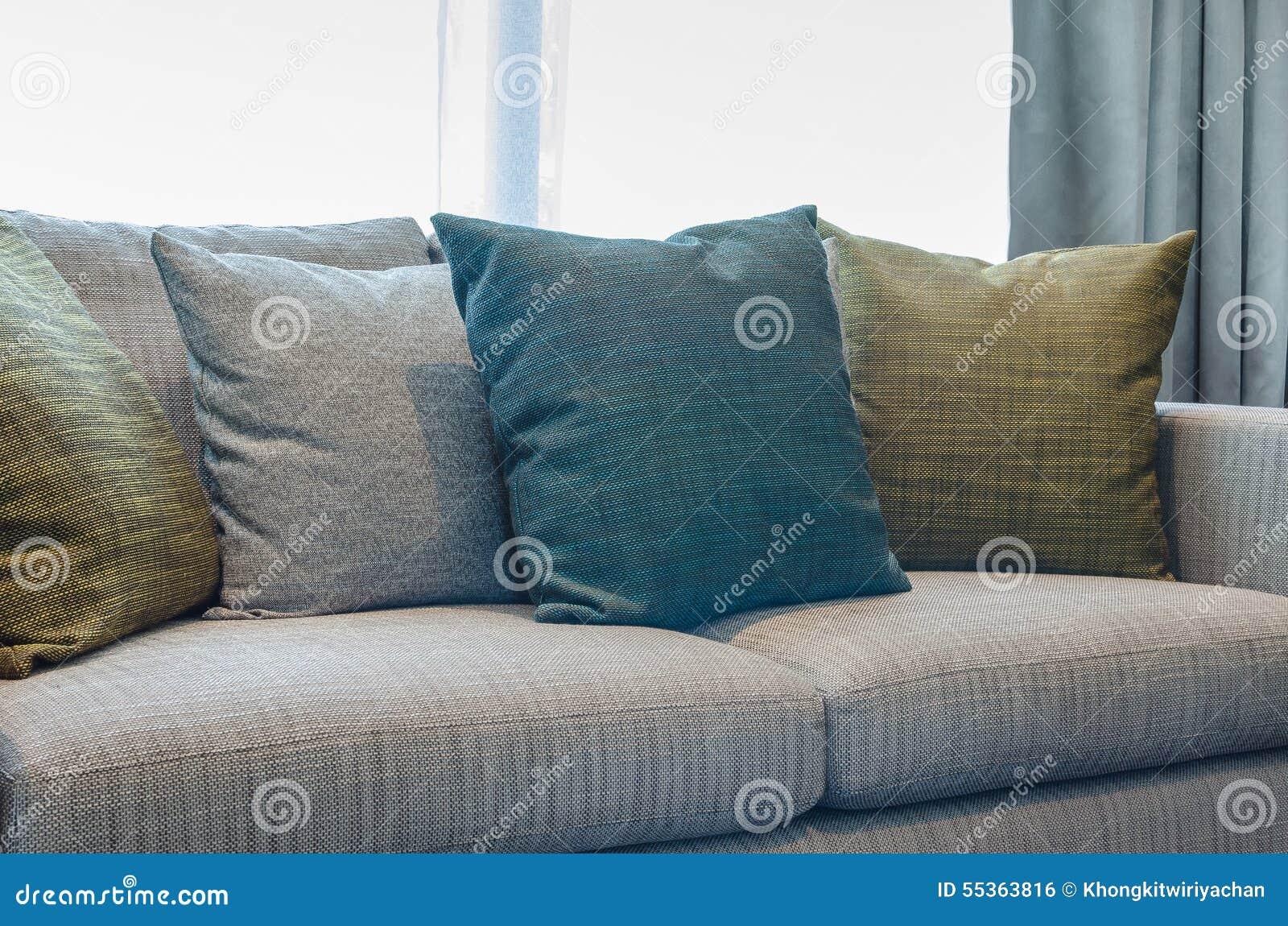 Il gruppo di tessuto appoggia sul sofà del tessuto in salone