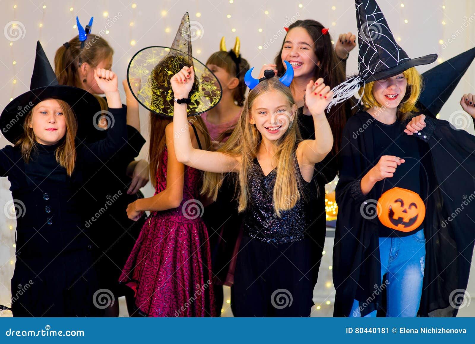 Costumi Halloween Di Gruppo.Il Gruppo Felice Di Adolescenti Balla In Costumi Di Halloween