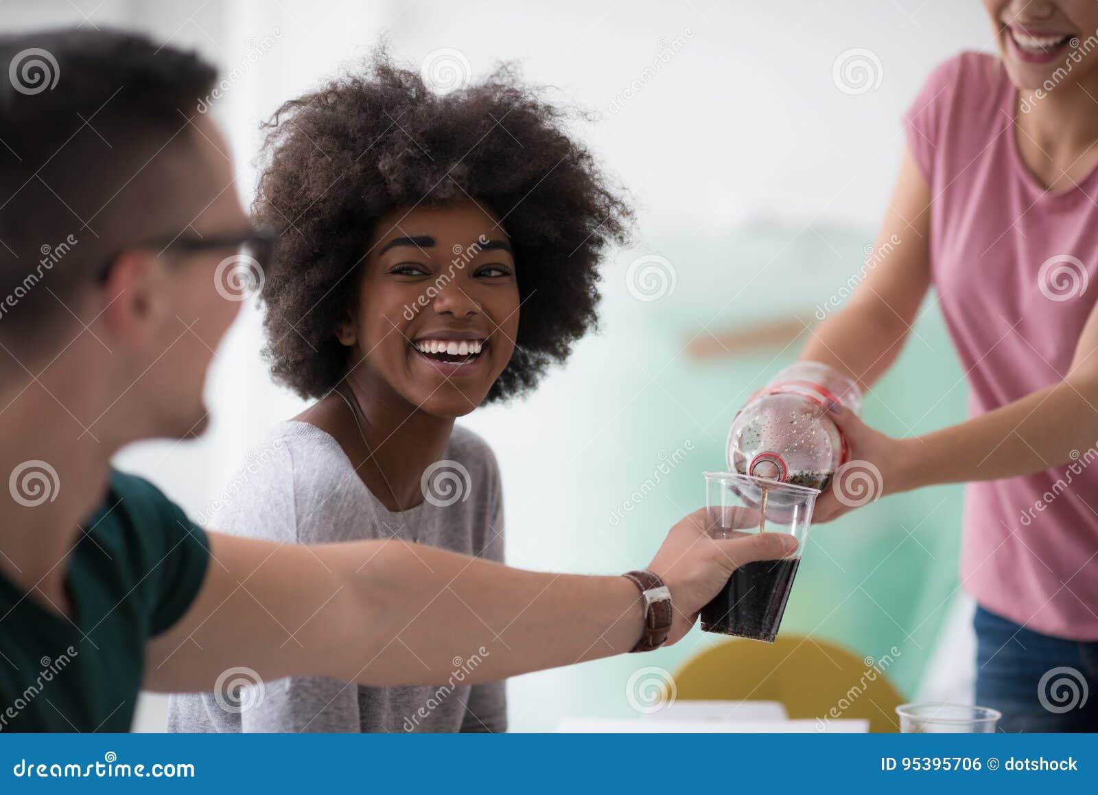 Il gruppo multietnico di giovani ha un intervallo di pranzo