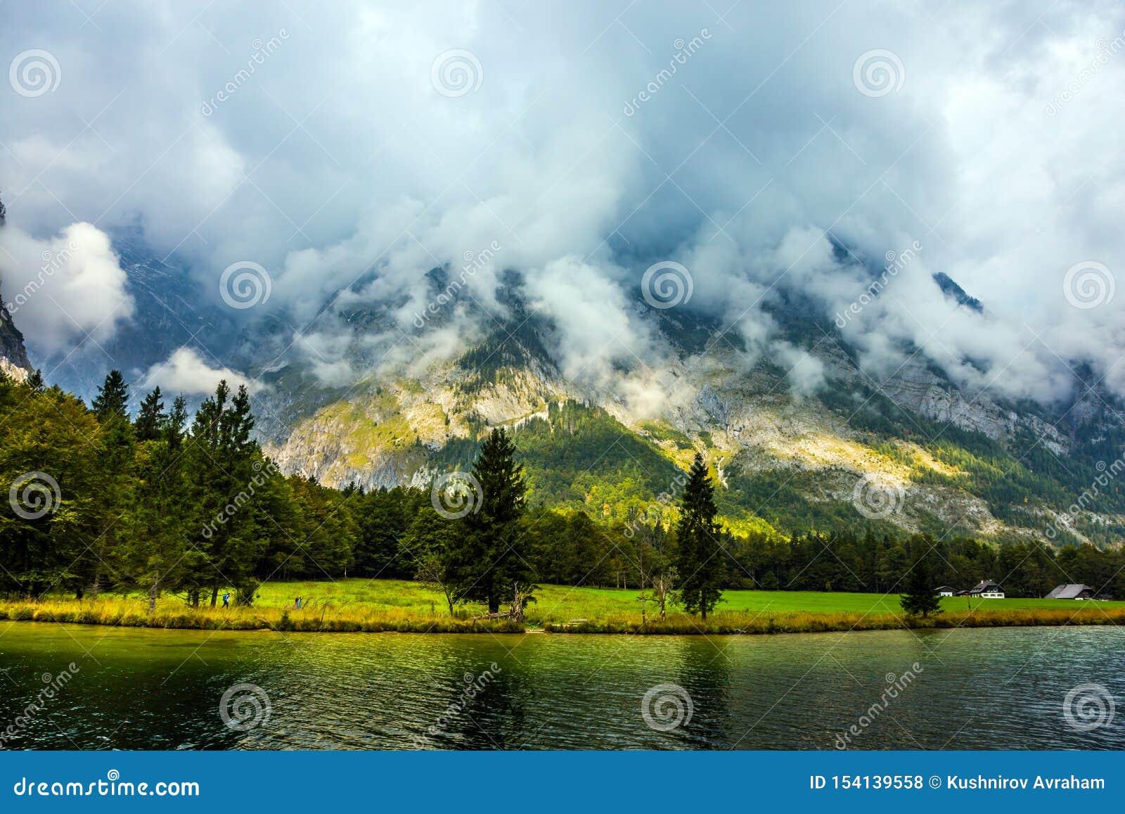 Il lago ? circondato dalle alte montagne