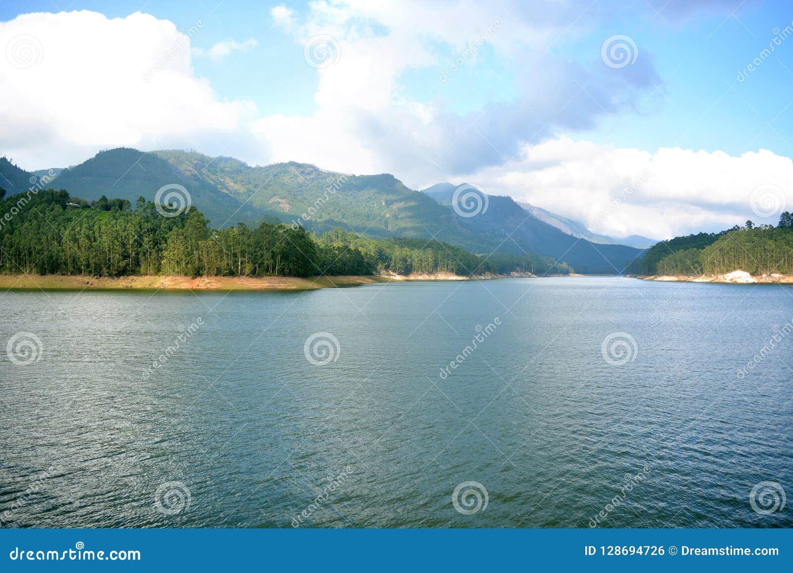 Il lago mountain della natura si appanna la bellezza