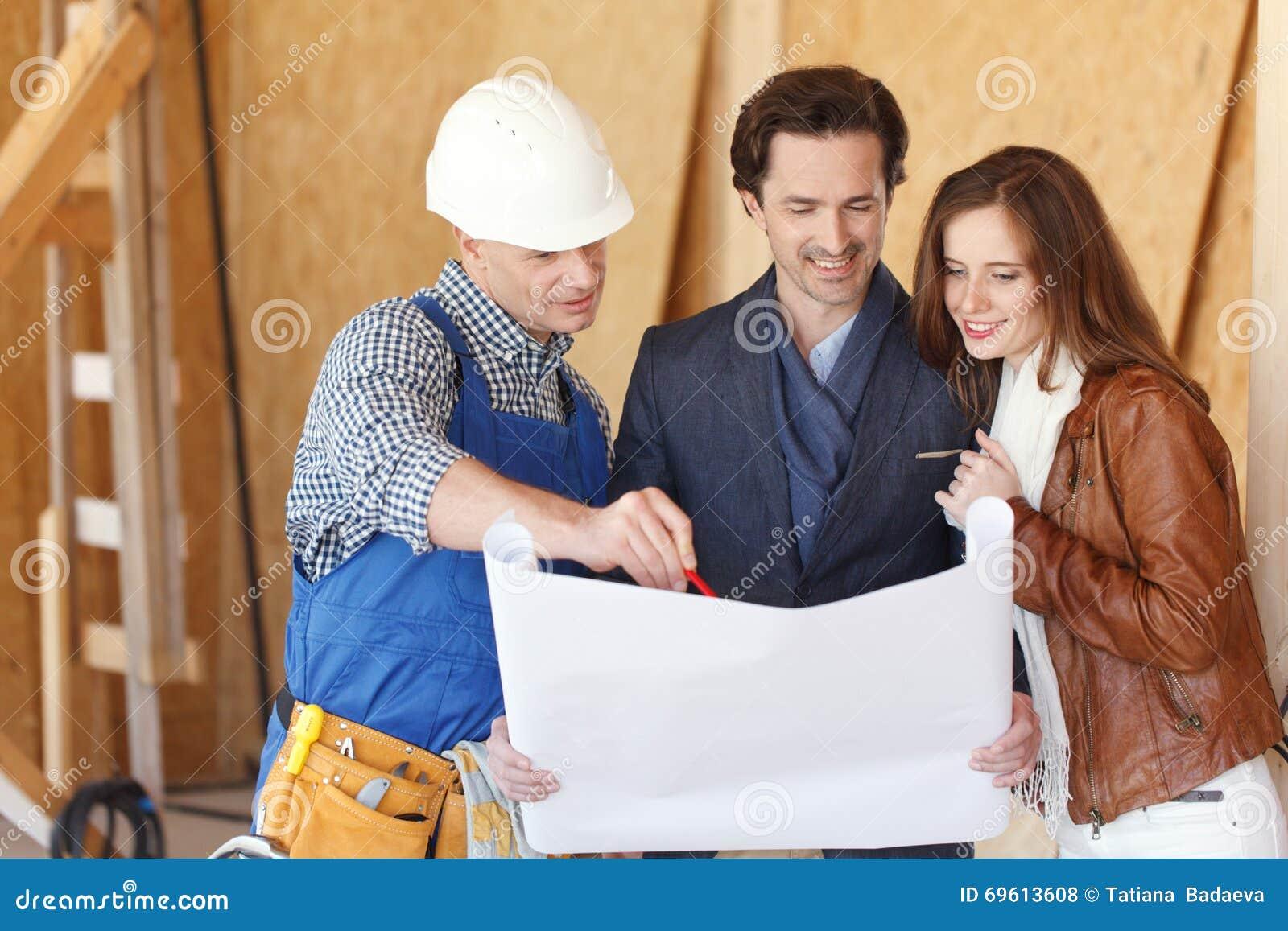 Il lavoratore mostra i piani di sviluppo della casa for Piani di casa artigiano gratis