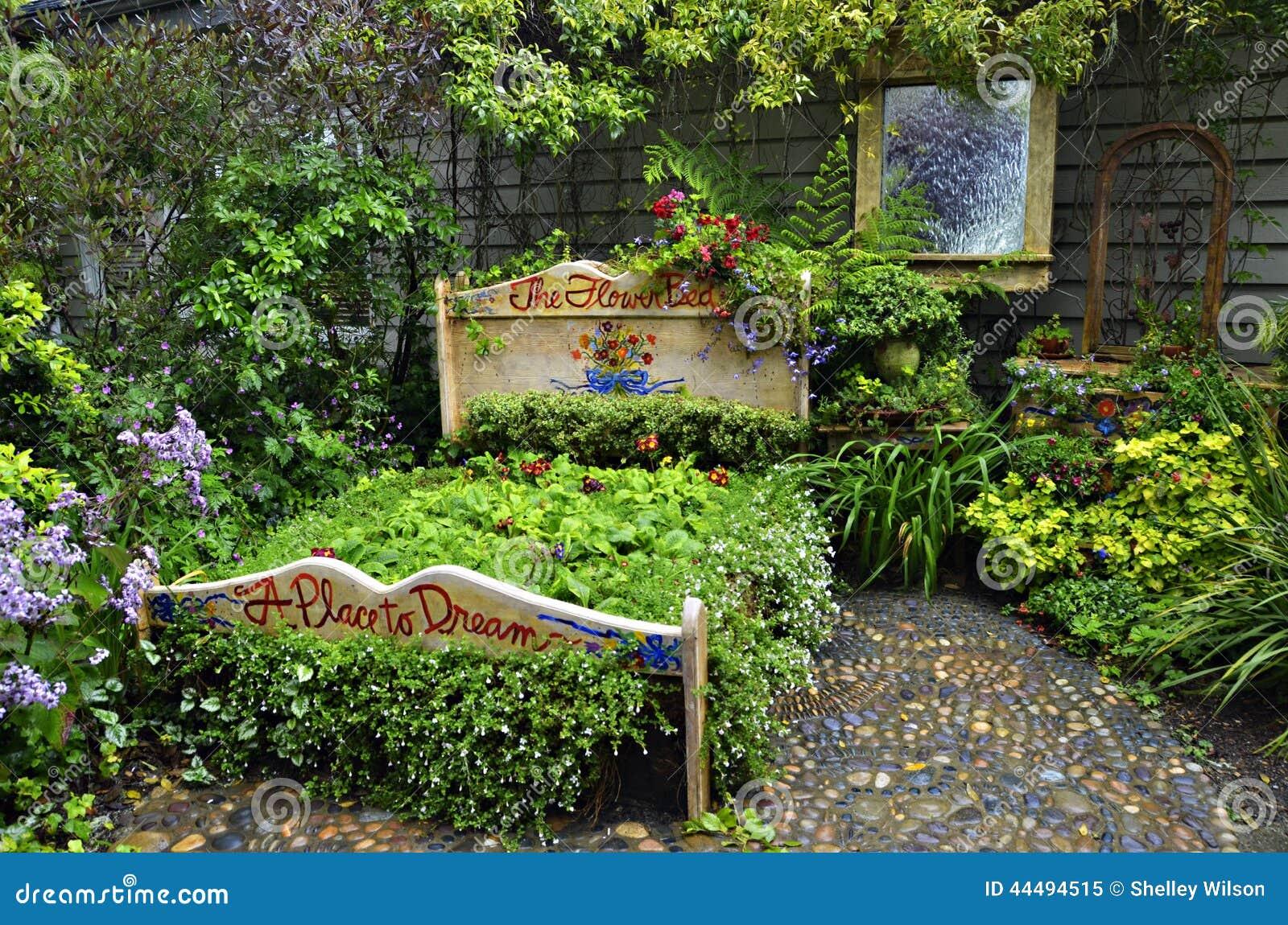 Il letto di fiore immagine stock immagine di base for Letto giardino