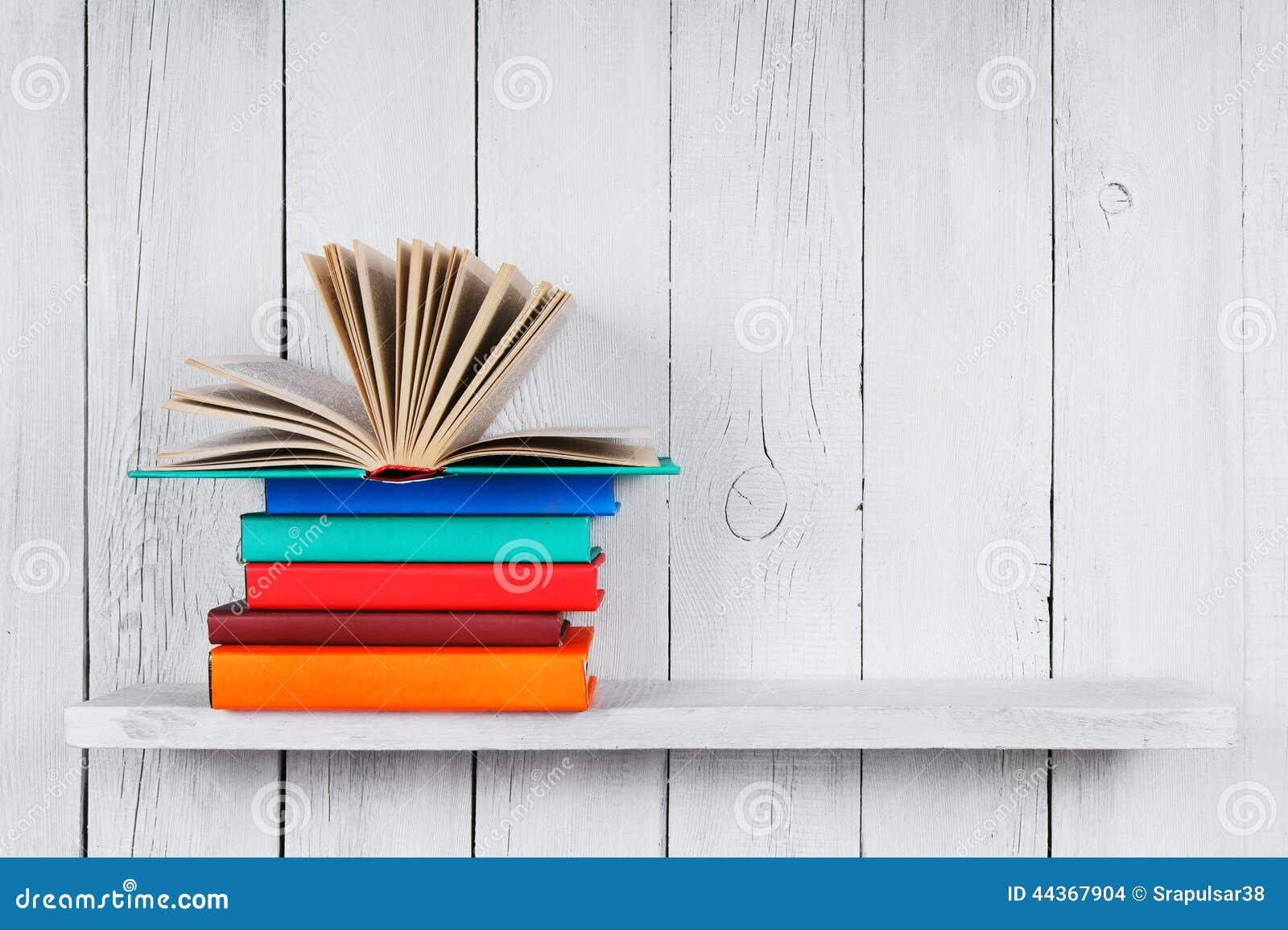 Il libro aperto su altri libri multicolori
