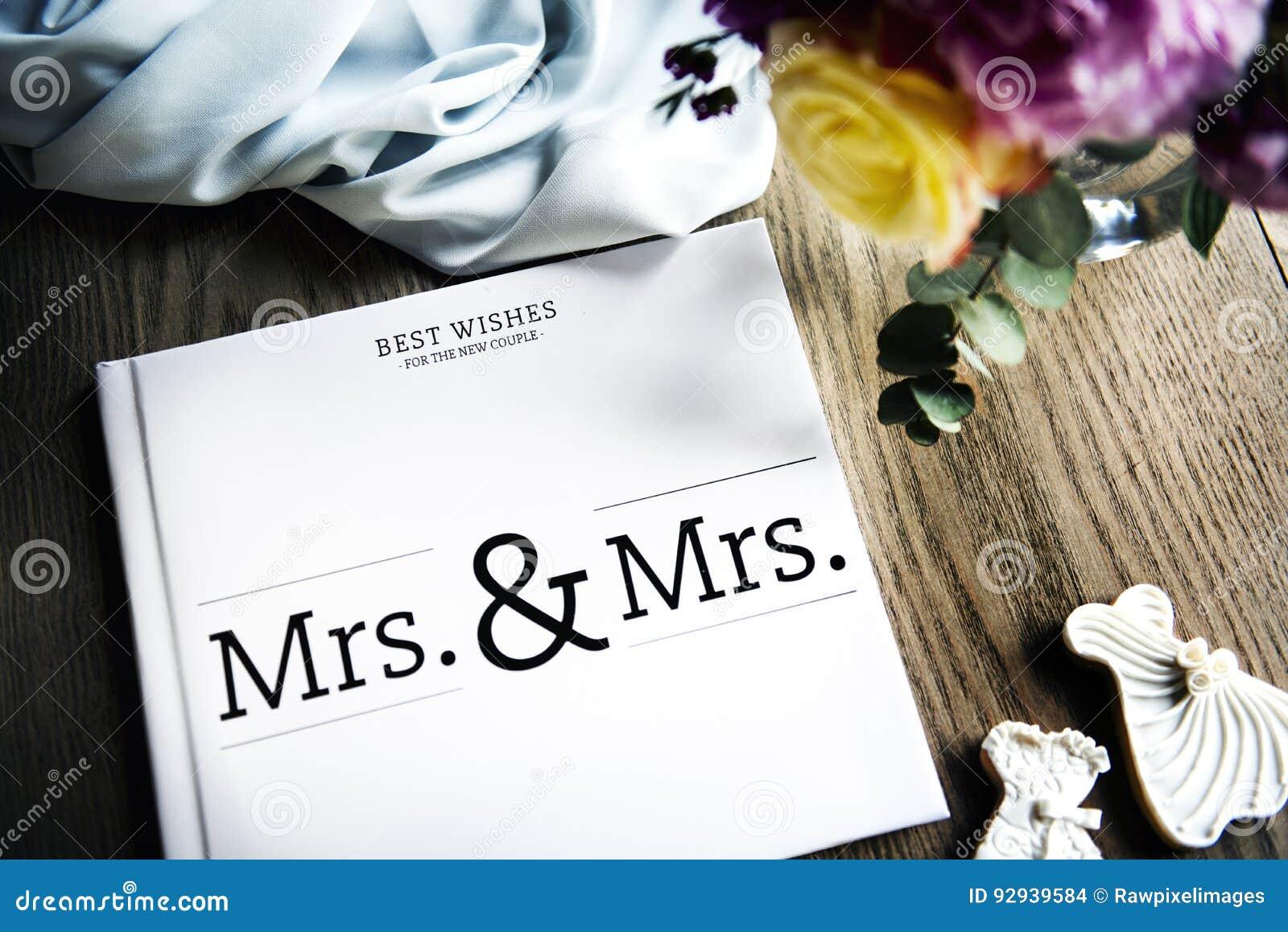 Il libro di ospite lesbico bianco di nozze ha messo sulla Tabella di legno