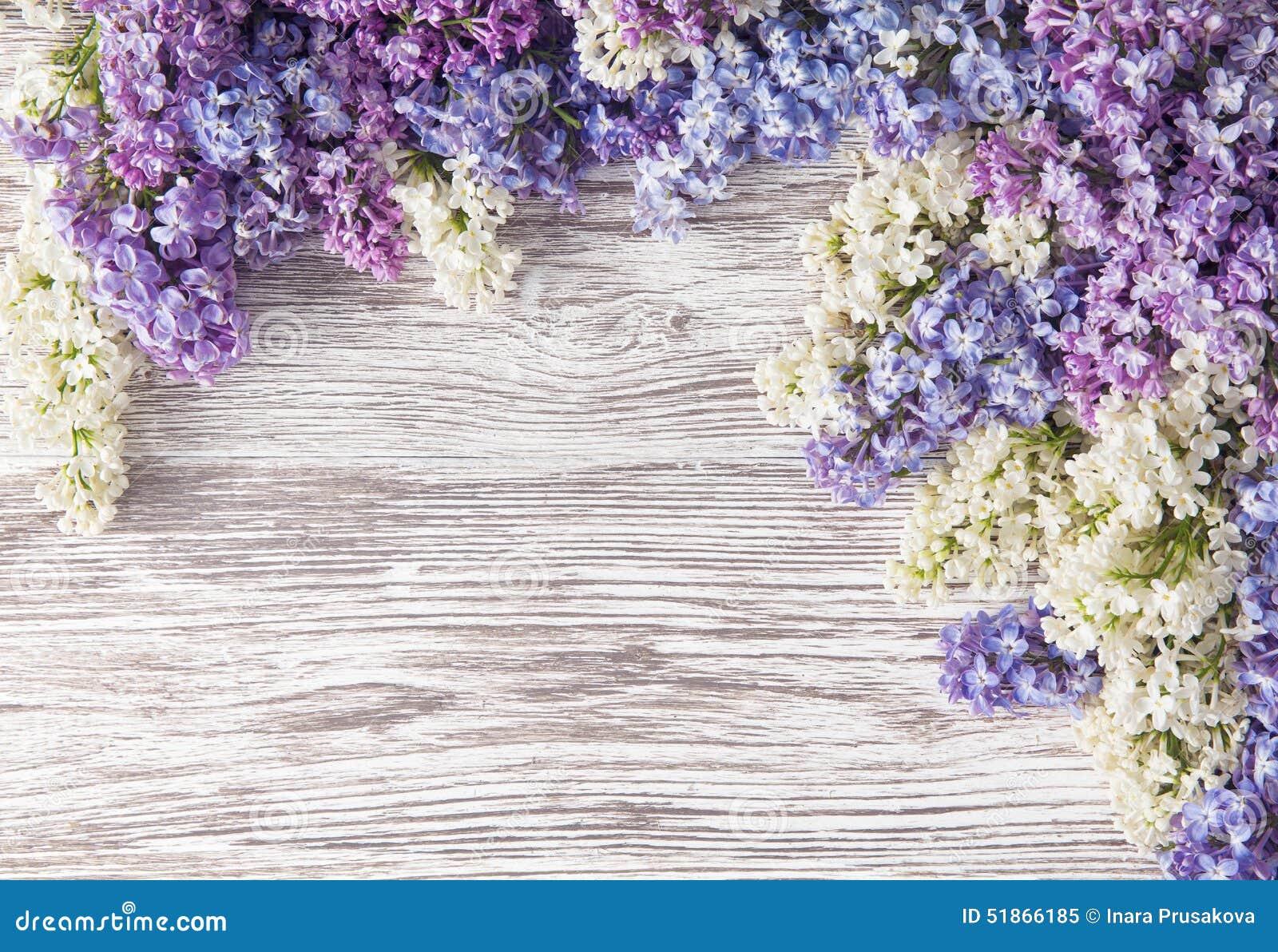 Il lillà fiorisce il mazzo sul fondo di legno della plancia, primavera