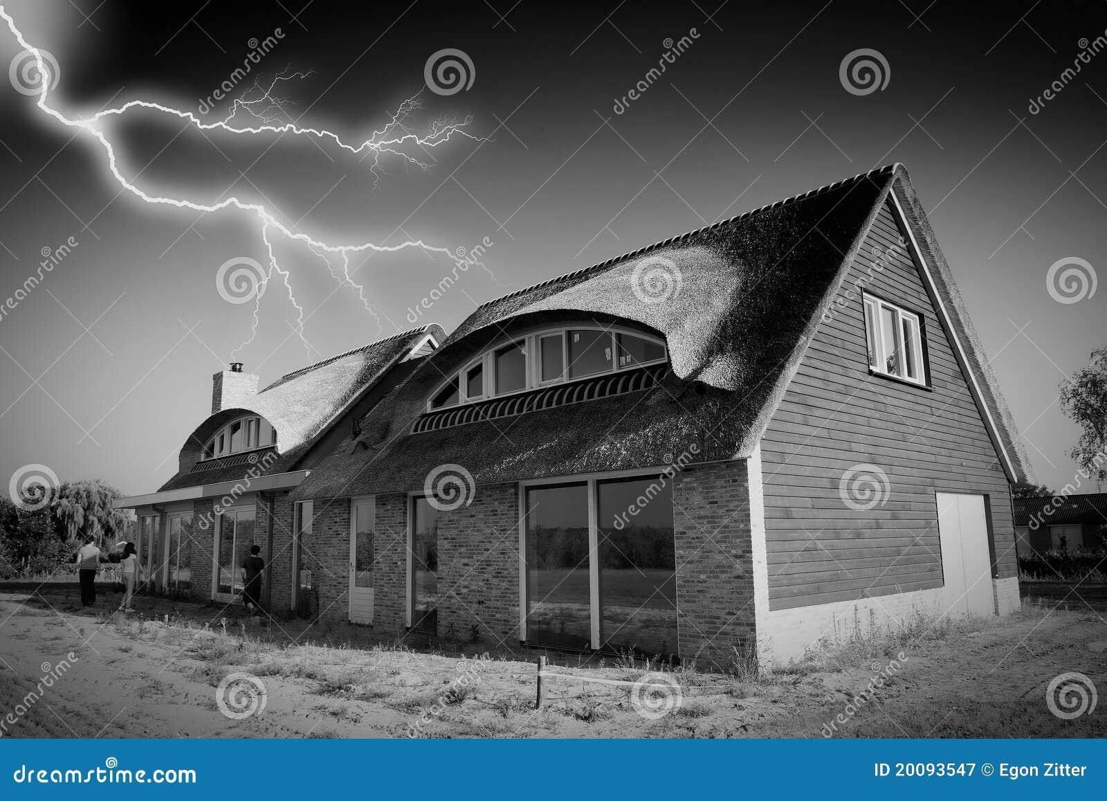 Il maltempo del lampo della casa immagine stock immagine for Design della casa libera