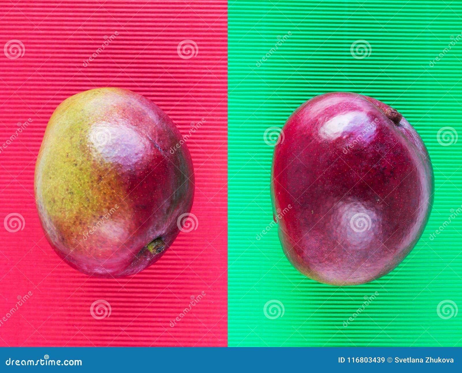 Il mango rosso e verde fruttifica composizione