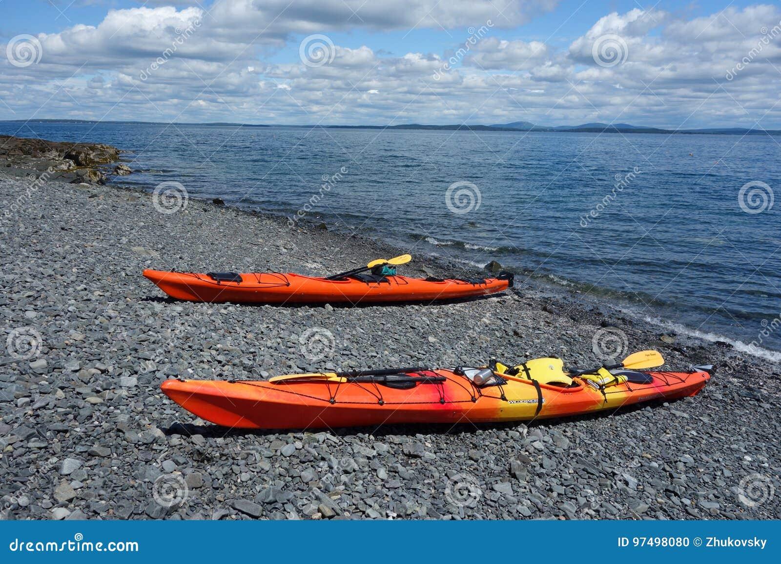 Il mare kayaks su una spiaggia rocciosa nel porto di Antivari