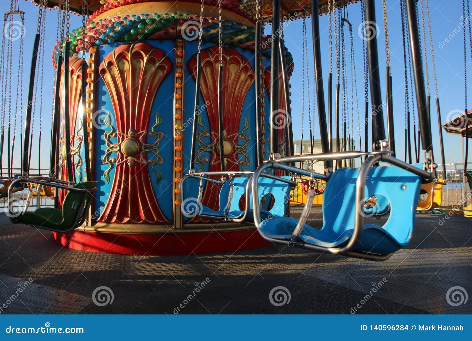 Il mare oscilla il giro del parco di divertimenti sul sentiero costiero nella California
