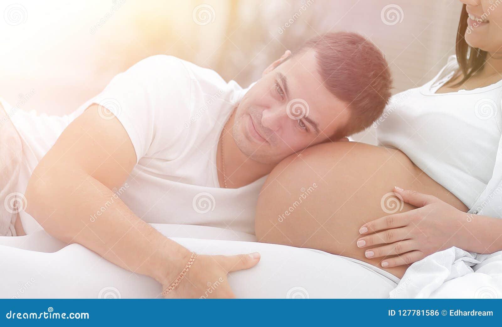 Il marito che ascolta il suo ` s della moglie si gonfia a casa