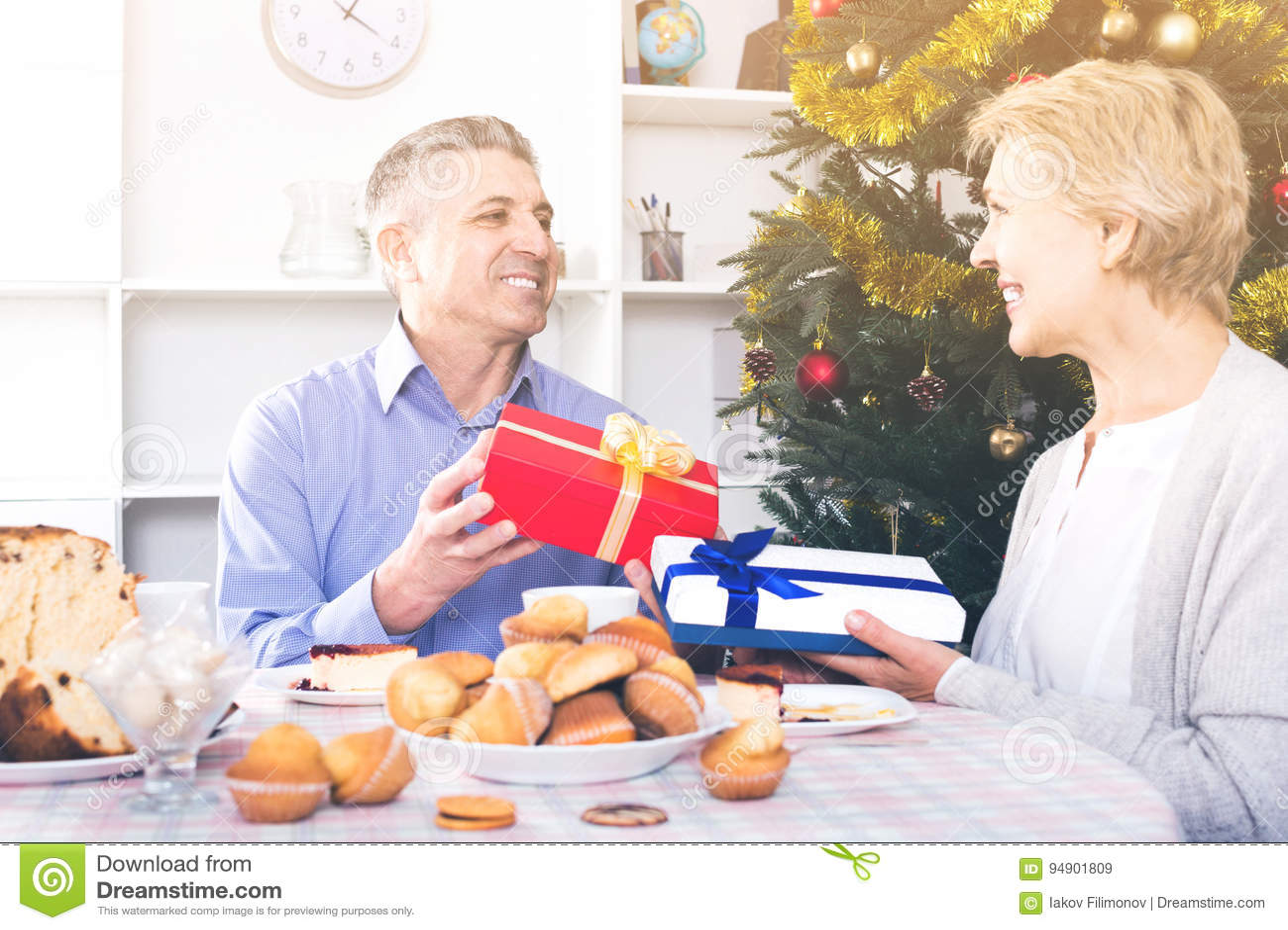 Regali Di Natale Per Moglie.Il Marito E La Moglie Scambiano I Regali Di Festa Per Il Natale Ed
