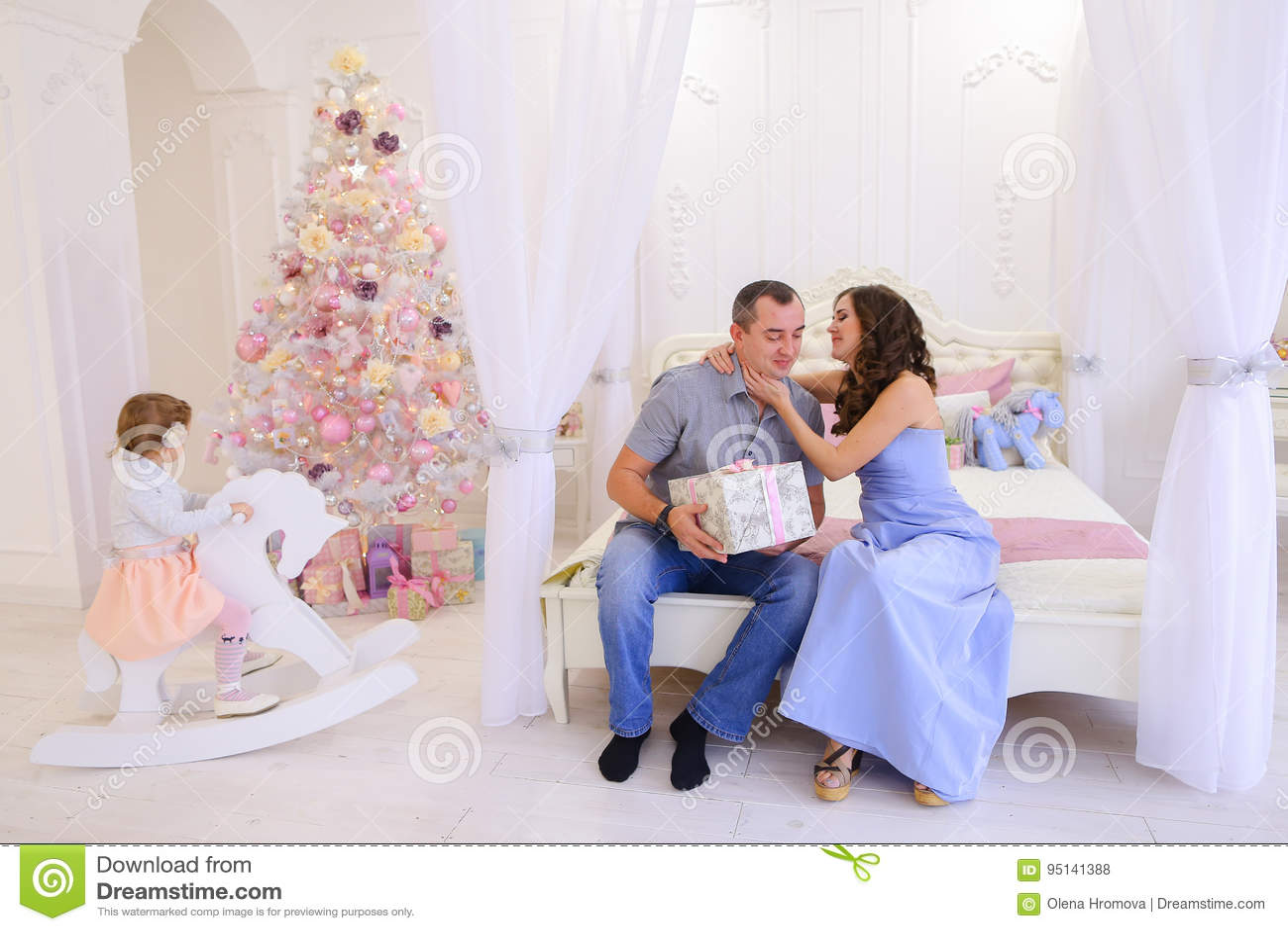 Regali Di Natale Moglie.Il Marito E La Moglie Si Danno I Regali Di Natale In Spaci Luminoso Fotografia Stock Immagine Di Amore Prole 95141388