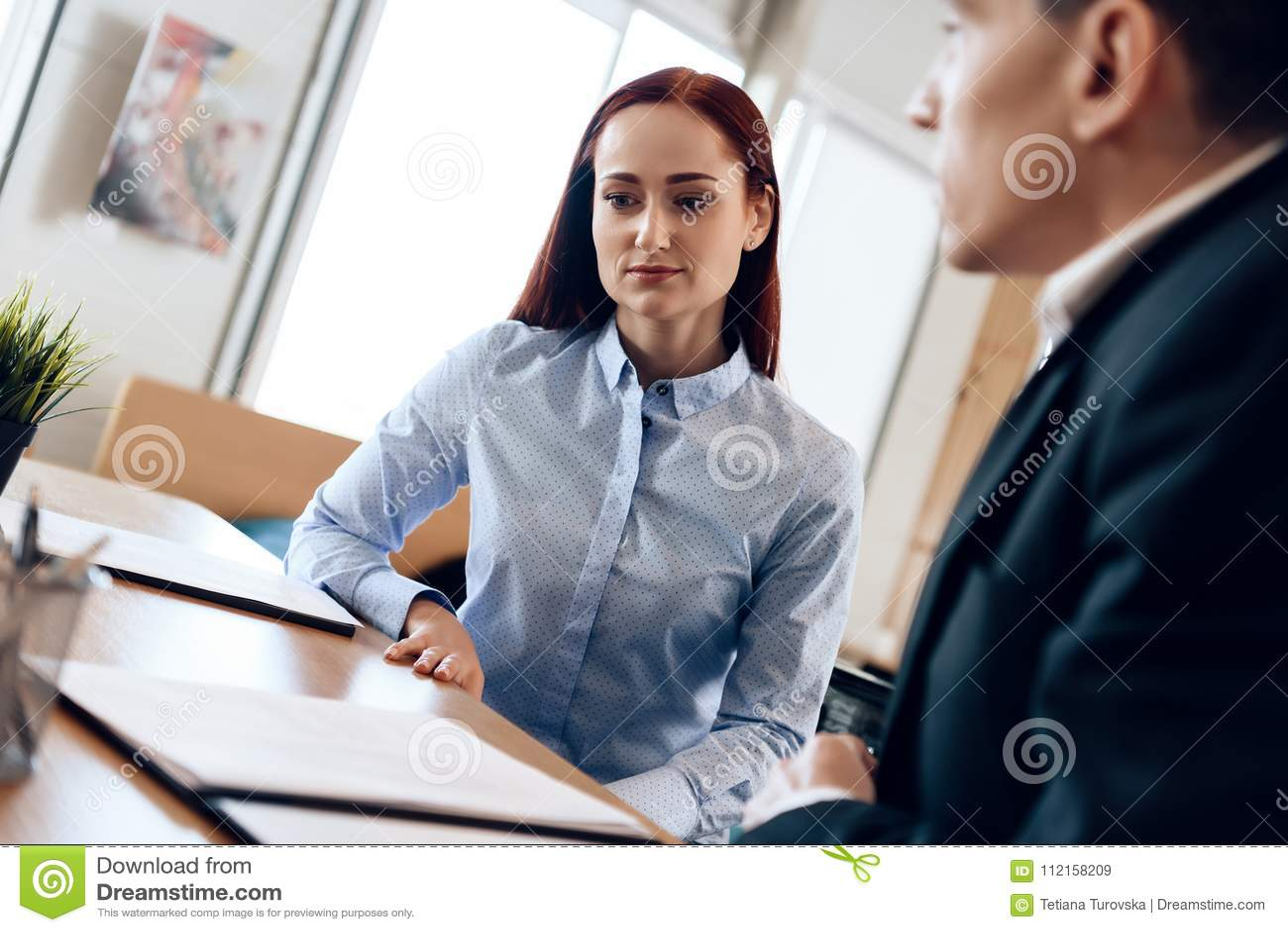 Il marito e la moglie stanno firmando lo stabilimento di divorzio La coppia adulta è divorziata