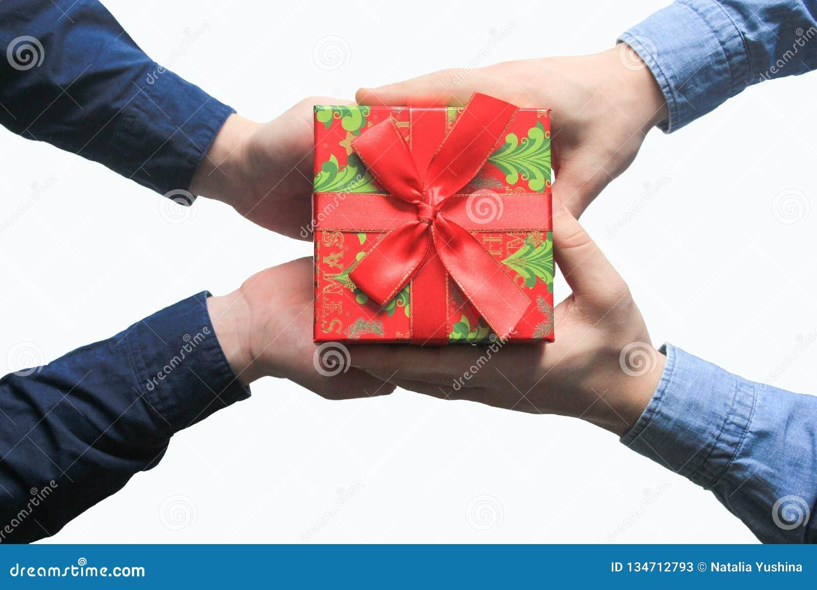 Il maschio dà un regalo di natale a maschio